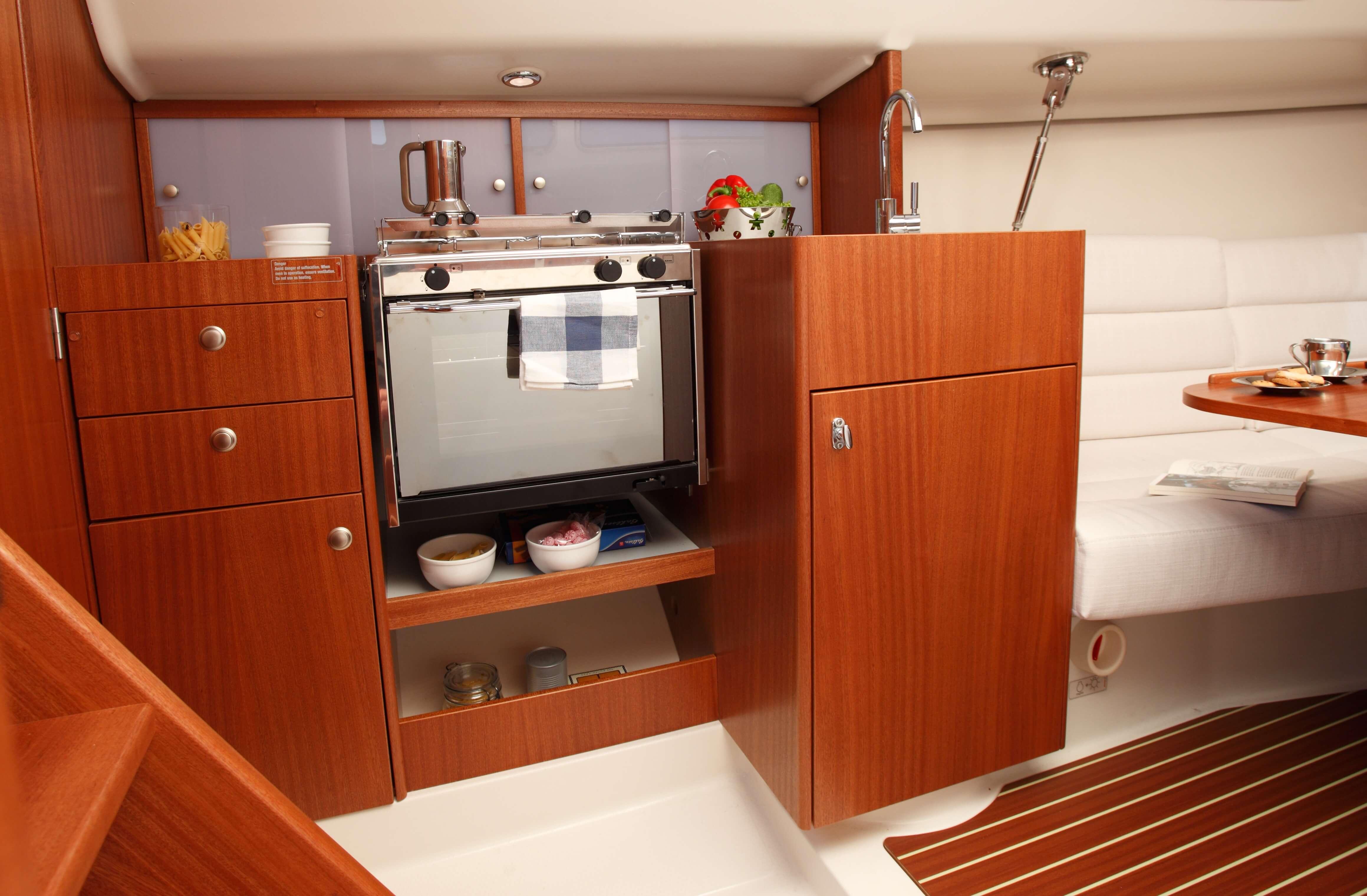 Dehler 29 Interior view pantry | oven | Dehler
