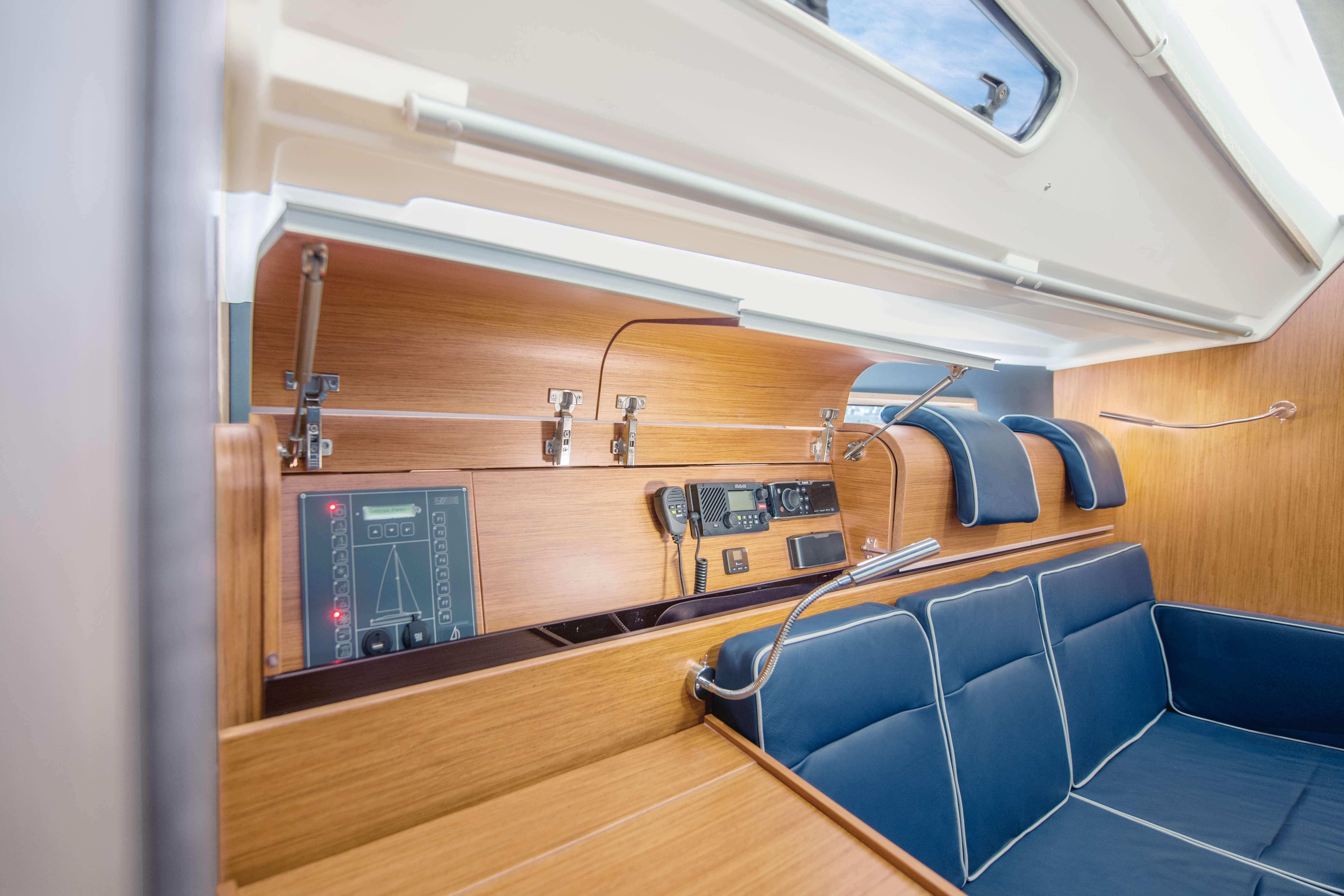 Dehler 42 Interior view lounge | sitting area, navigation corner, reading light, headrest | Dehler