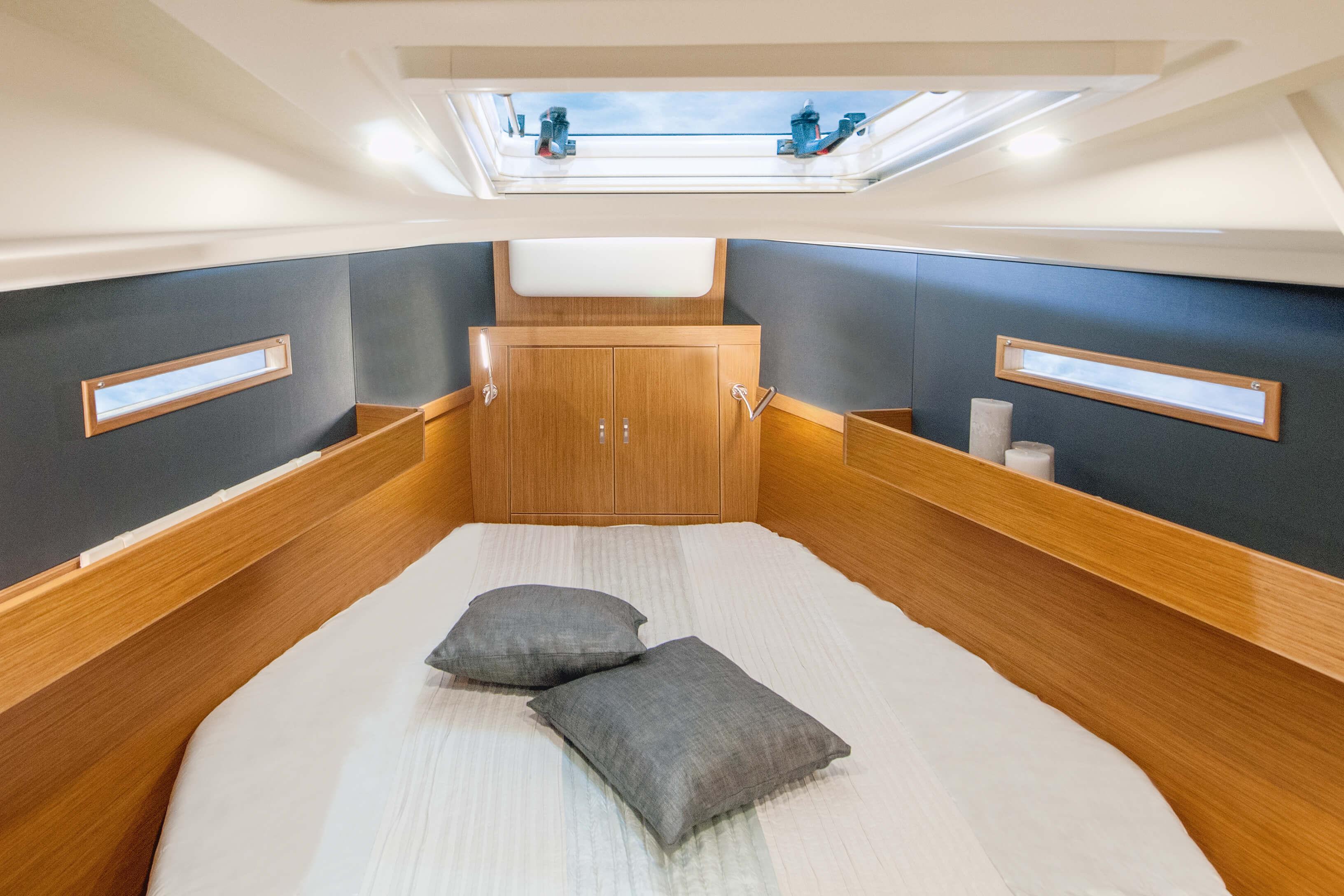Dehler 42 Interno cabina armatore | A1 Layout: island bed, lampada da leggere, portello della coperta, finestra, vano portaogetti | Dehler