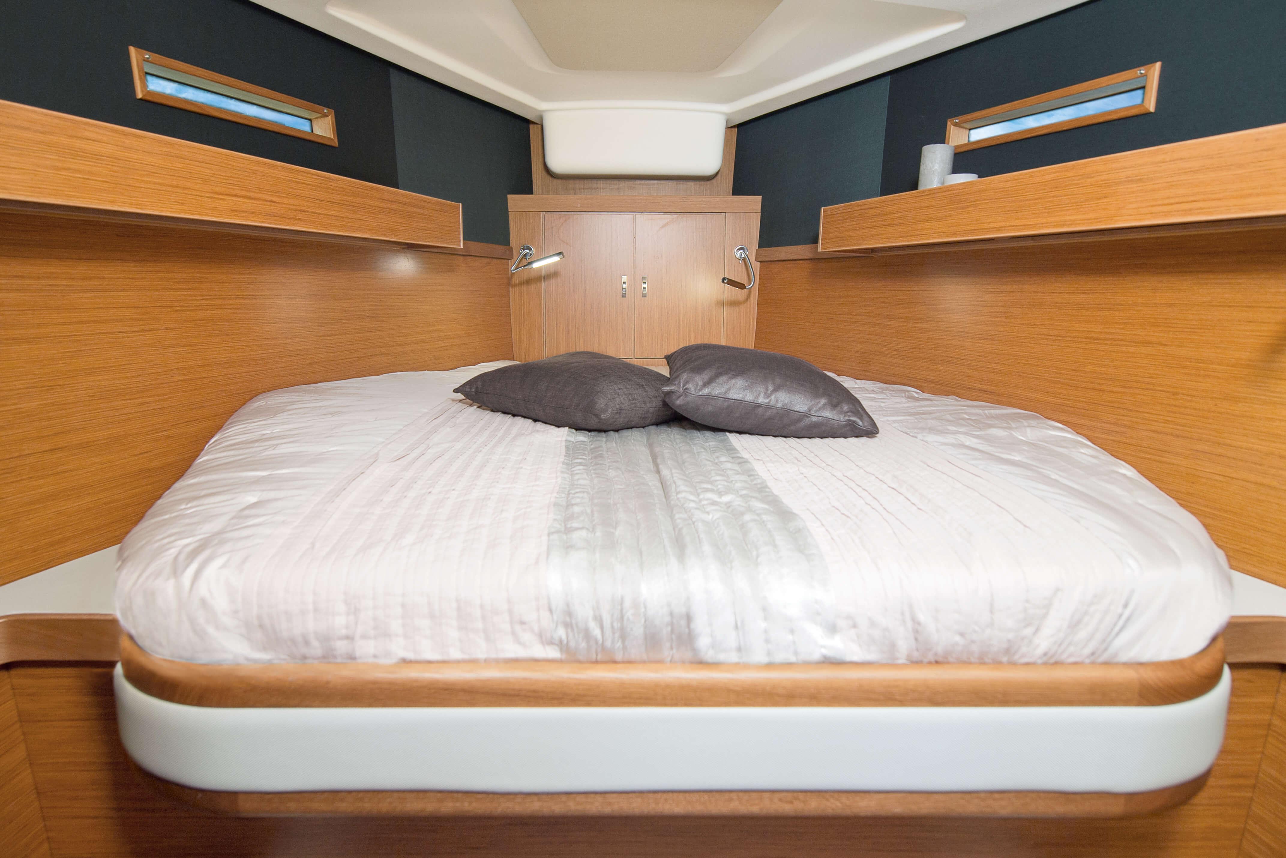 Dehler 42 Interno cabina di prua | A1 Layout: island bed, lampada da leggere, portello della coperta, finestra, vano portaogetti | Dehler