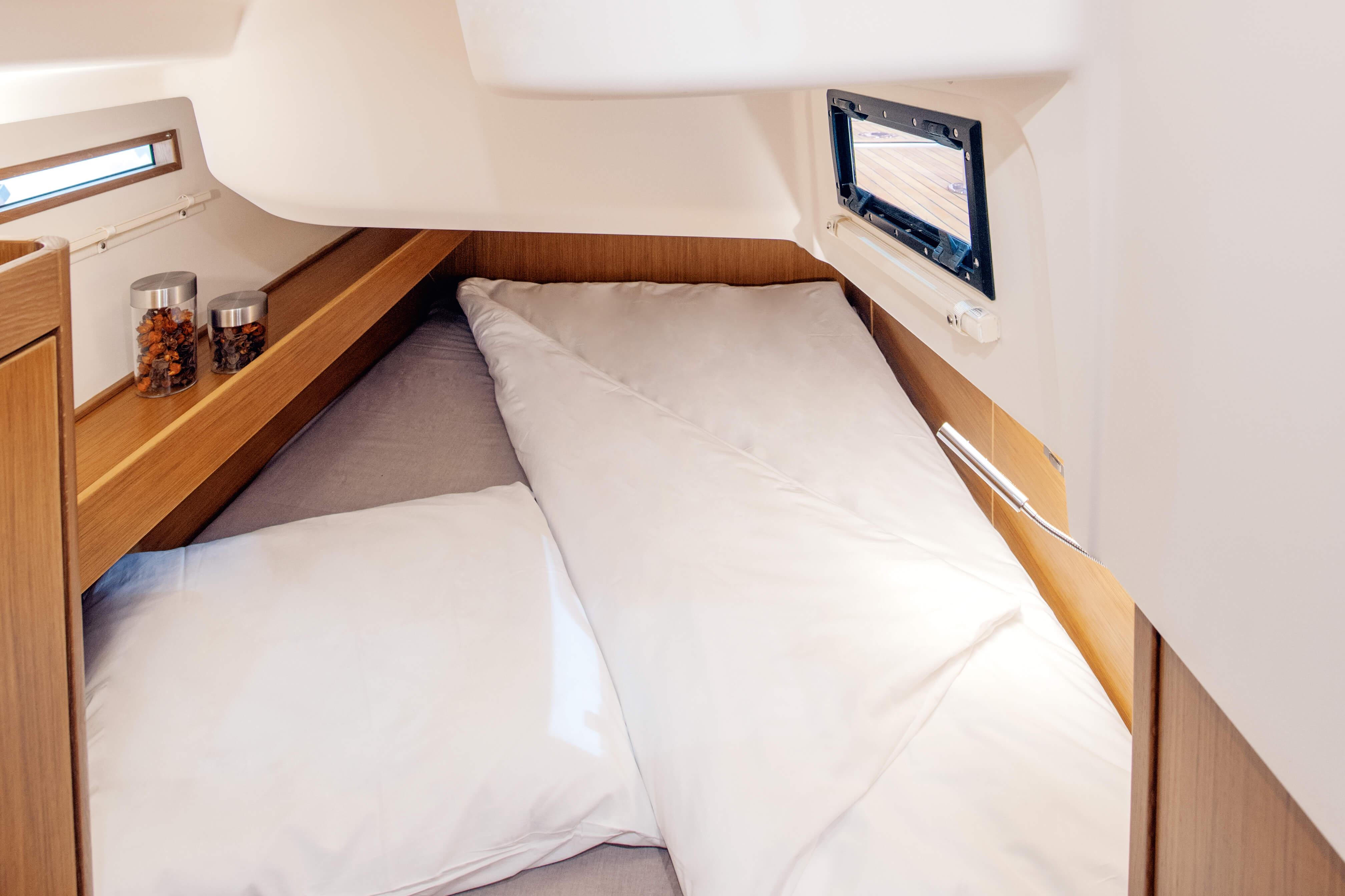 Dehler 42 Interno cabina di poppa | letto matrimoniale, finestra, vano portaoggetti, mensola | Dehler