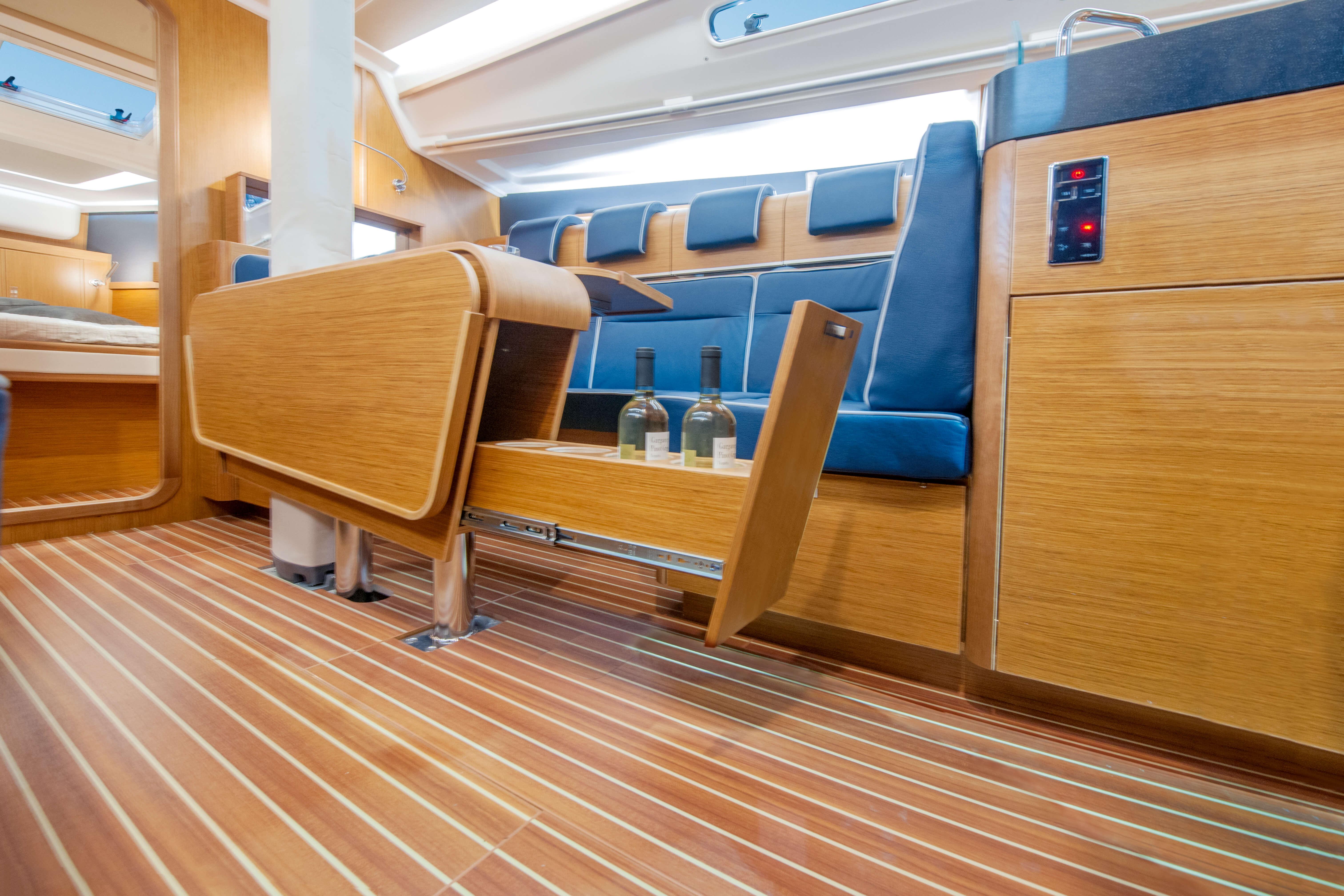 Dehler 42 Interno salone | portabottiglie estensibile, tavolo pieghevole | Dehler
