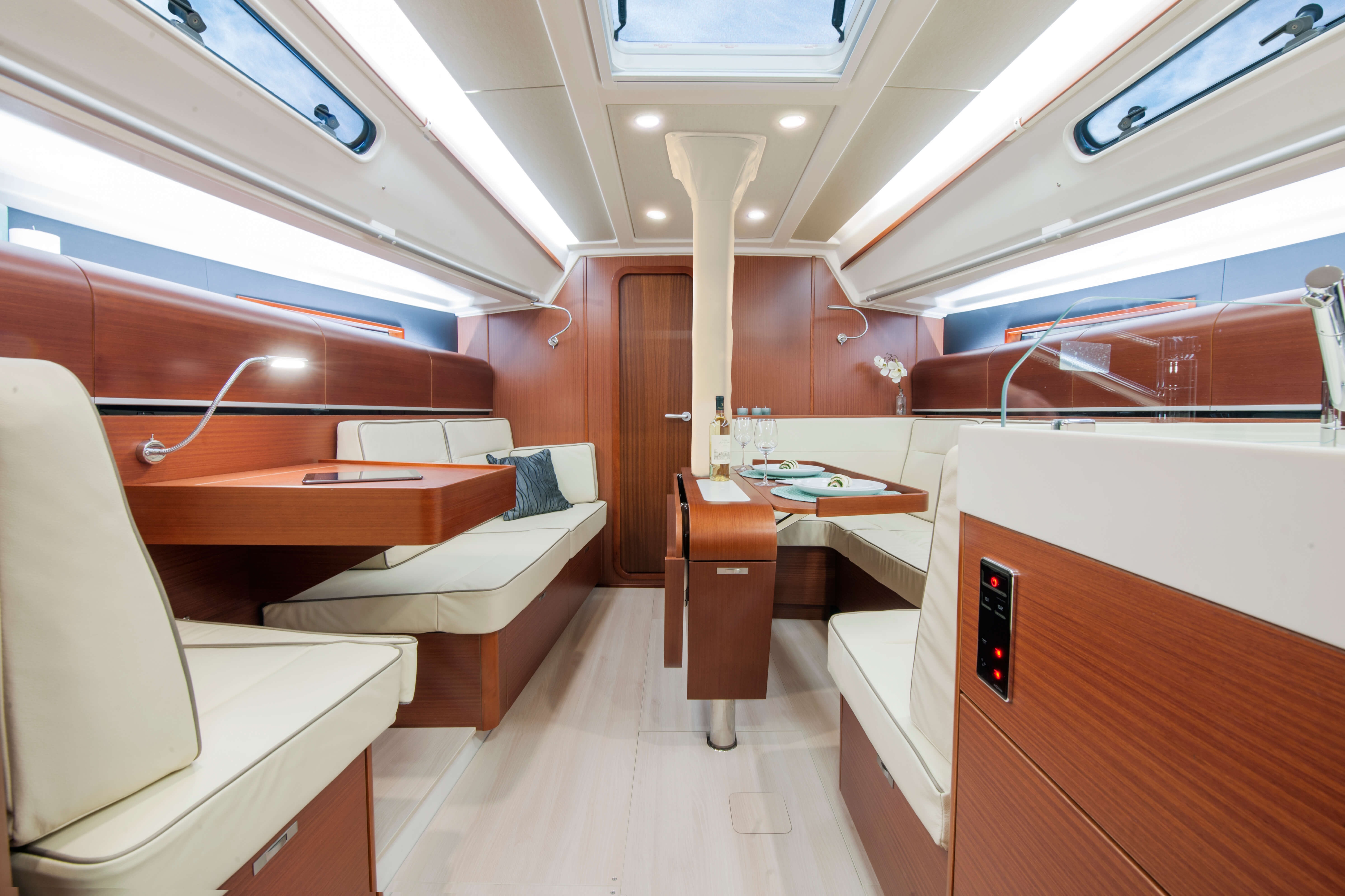 Dehler 42 Interior view lounge | mahogany, sitting area, navigation corner, foldable table, reading light | Dehler