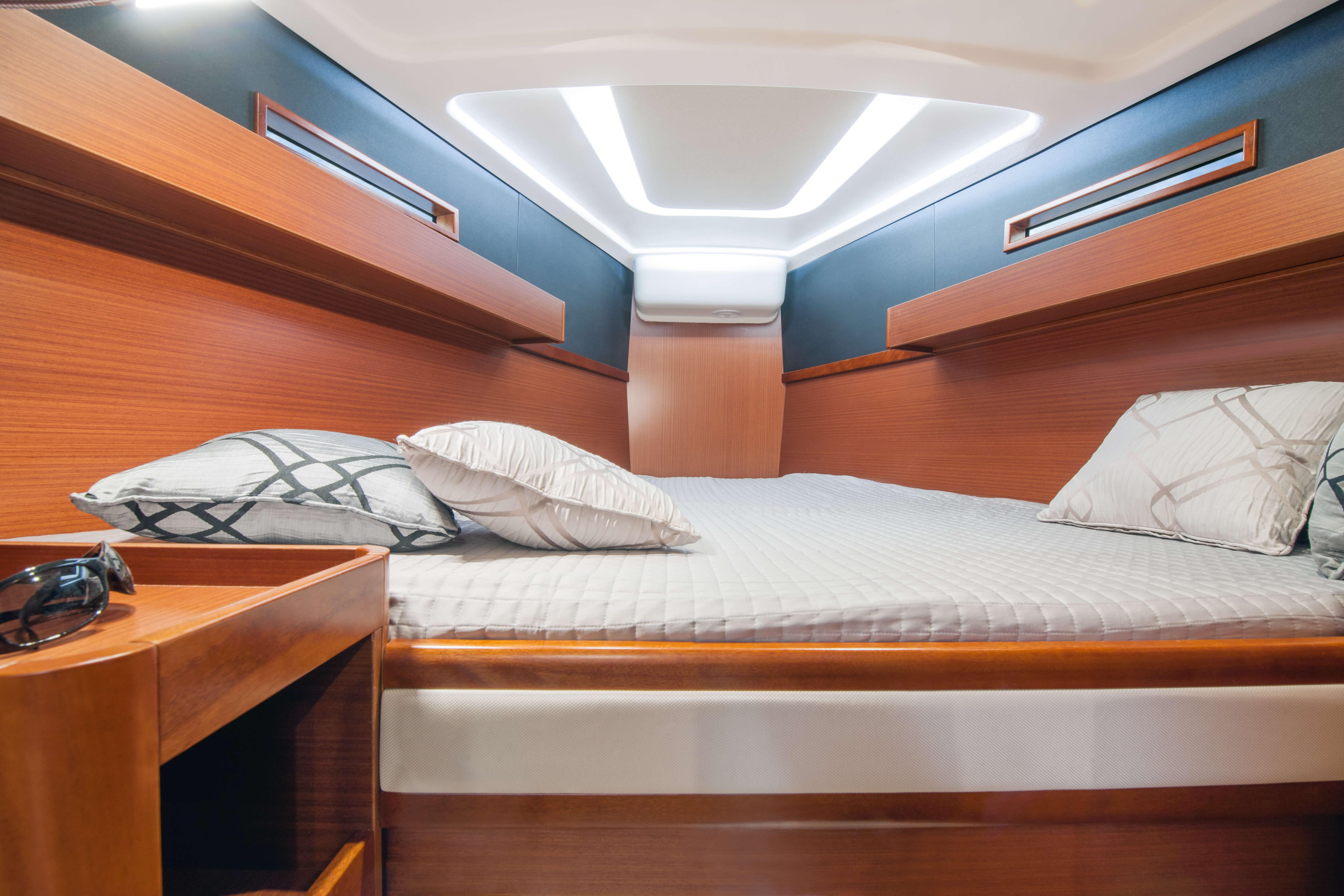 Dehler 42 Interior view bow cabin | A2 Layout: deck hatch, bed, storage compartment, mahogany | Dehler