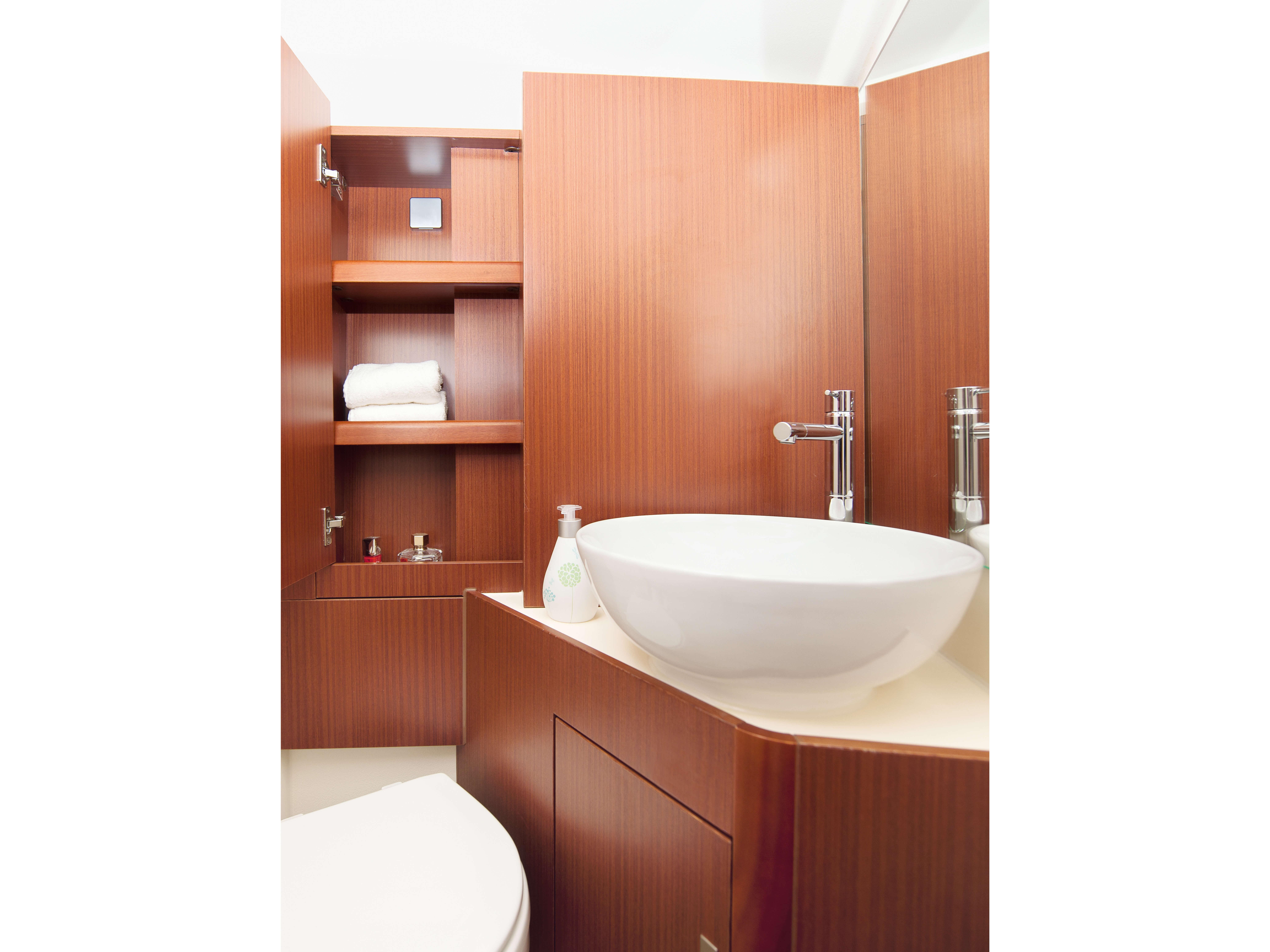 Dehler 42 Interno bagno del proprietario | A2 Layout: lavello, letto matrimoniale, vano portaoggetti | Dehler