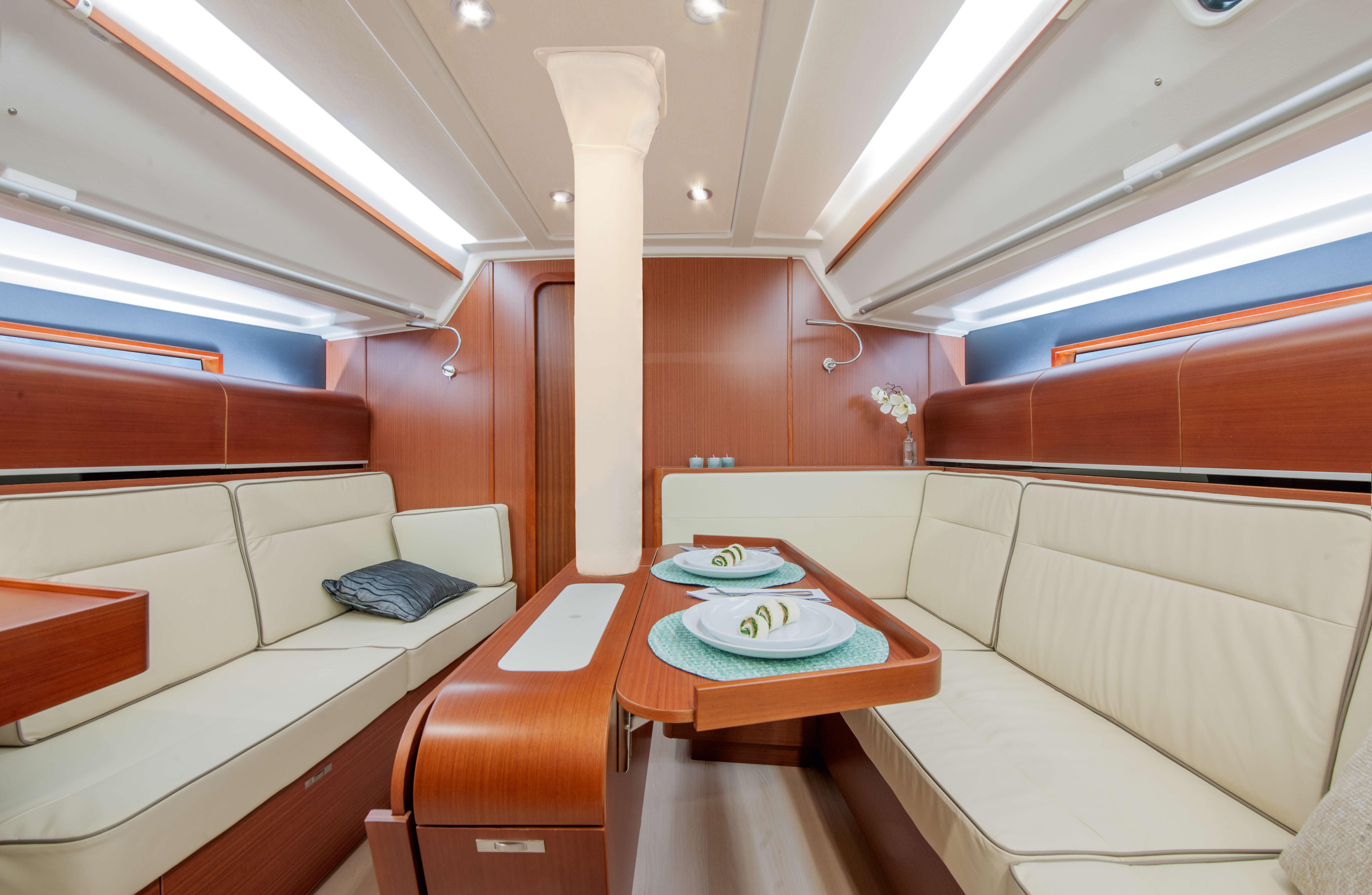 Dehler 42 Interno salone | B1 Layout: mahogany, zona di seduta, tavolo pieghevole, finestra, portello della coperta | Dehler
