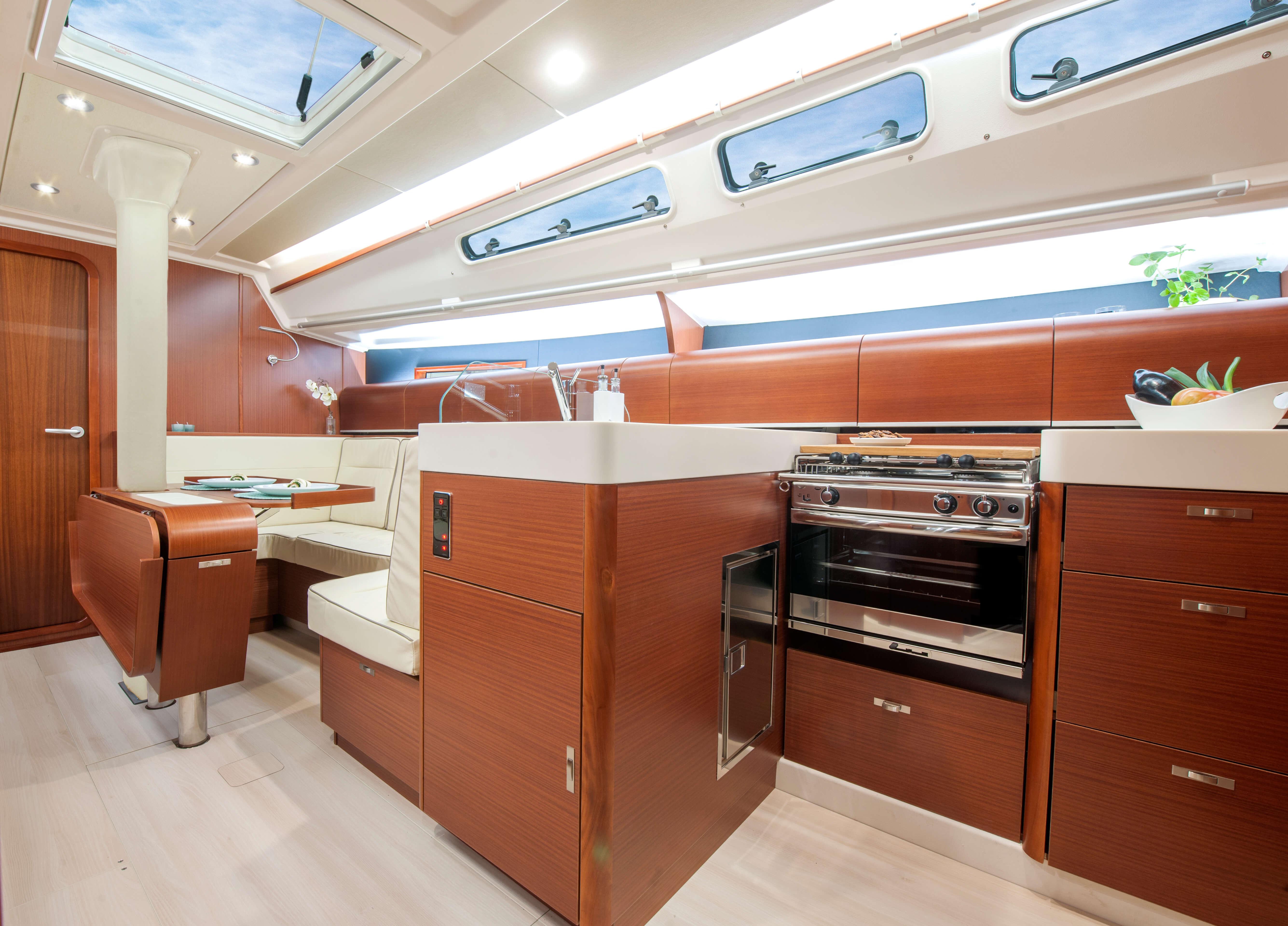 Dehler 42 Interno salone | zona di seduta, tavolo pieghevole, forno, frigerifero, lavello | Dehler
