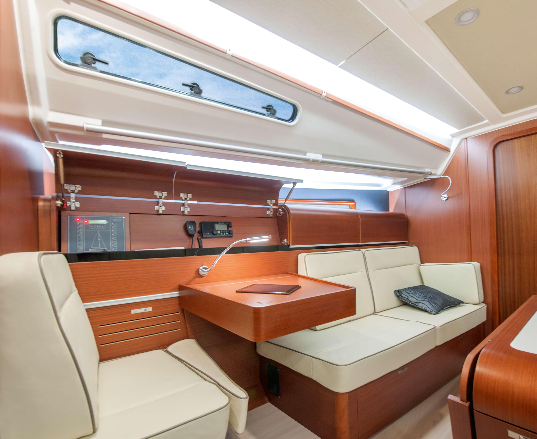 Dehler 42 Interior view lounge | B1 Layout: mahogany, sitting area, navigation corner, reading light | Dehler