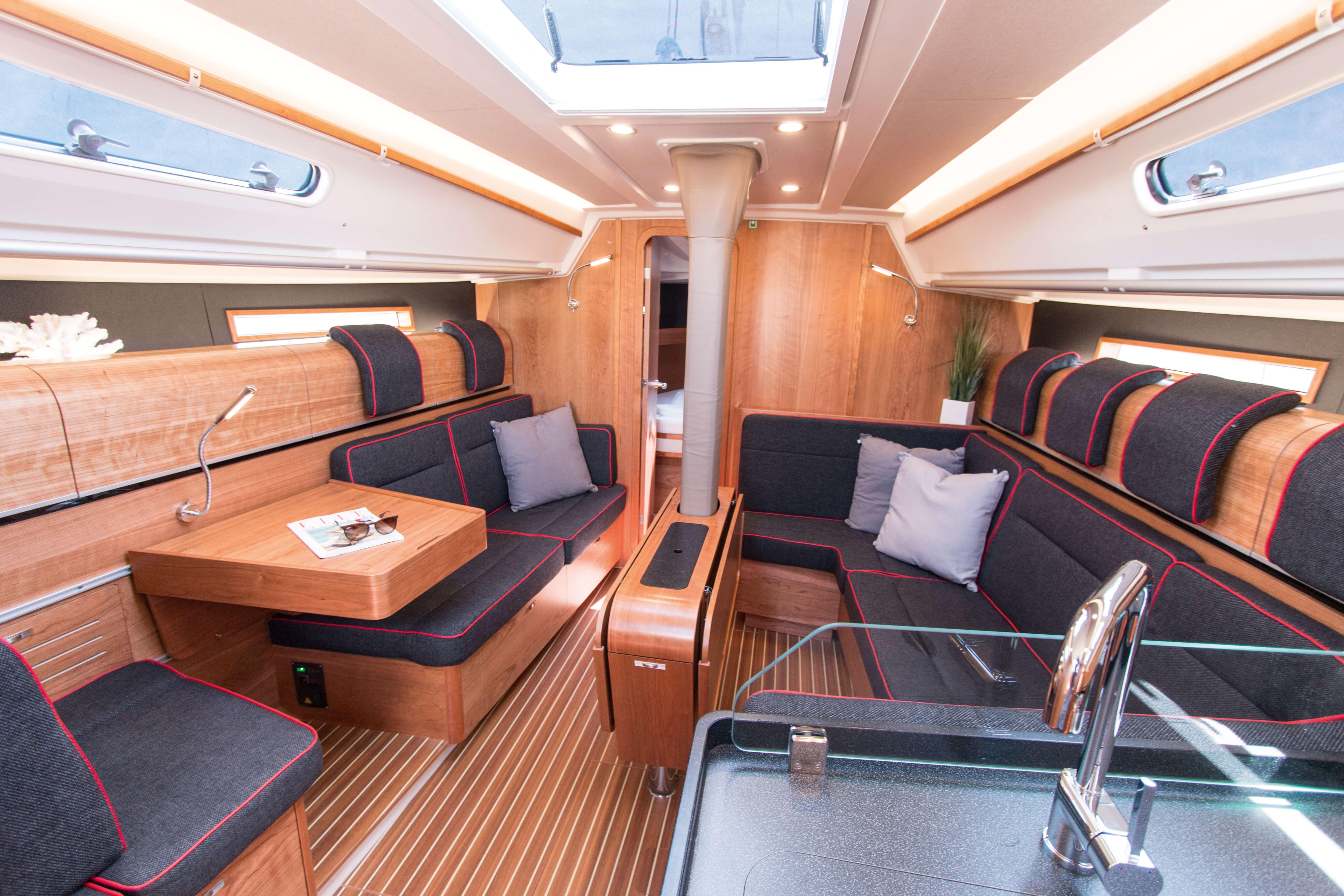 Dehler 42 Interior view lounge | sitting area, foldable table, window, deck hatch, bottle holder | Dehler