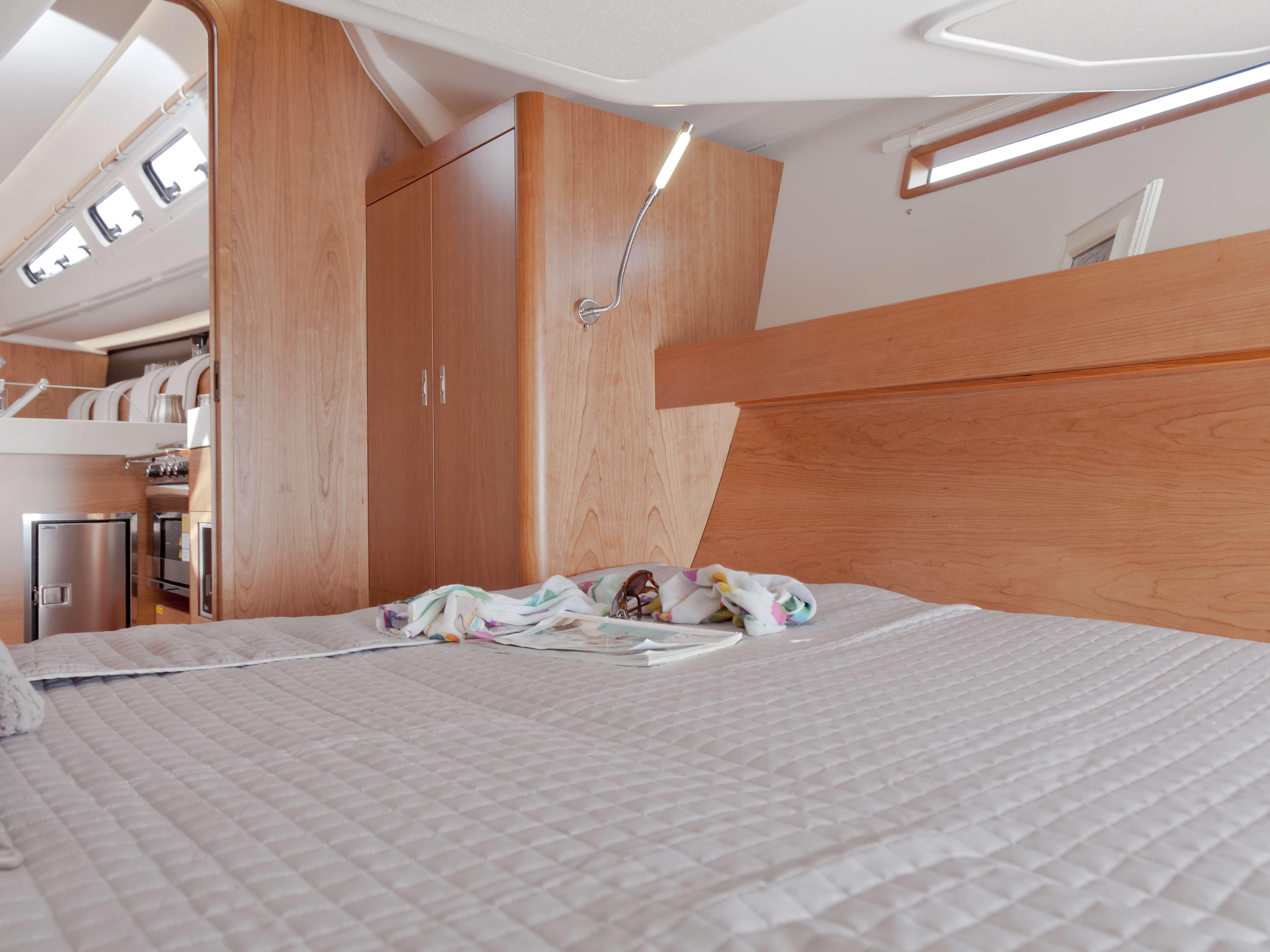 Dehler 46 Interno cabina di poppa | letto matrimoniale, vano portaoggetti, lampada da leggere | Dehler