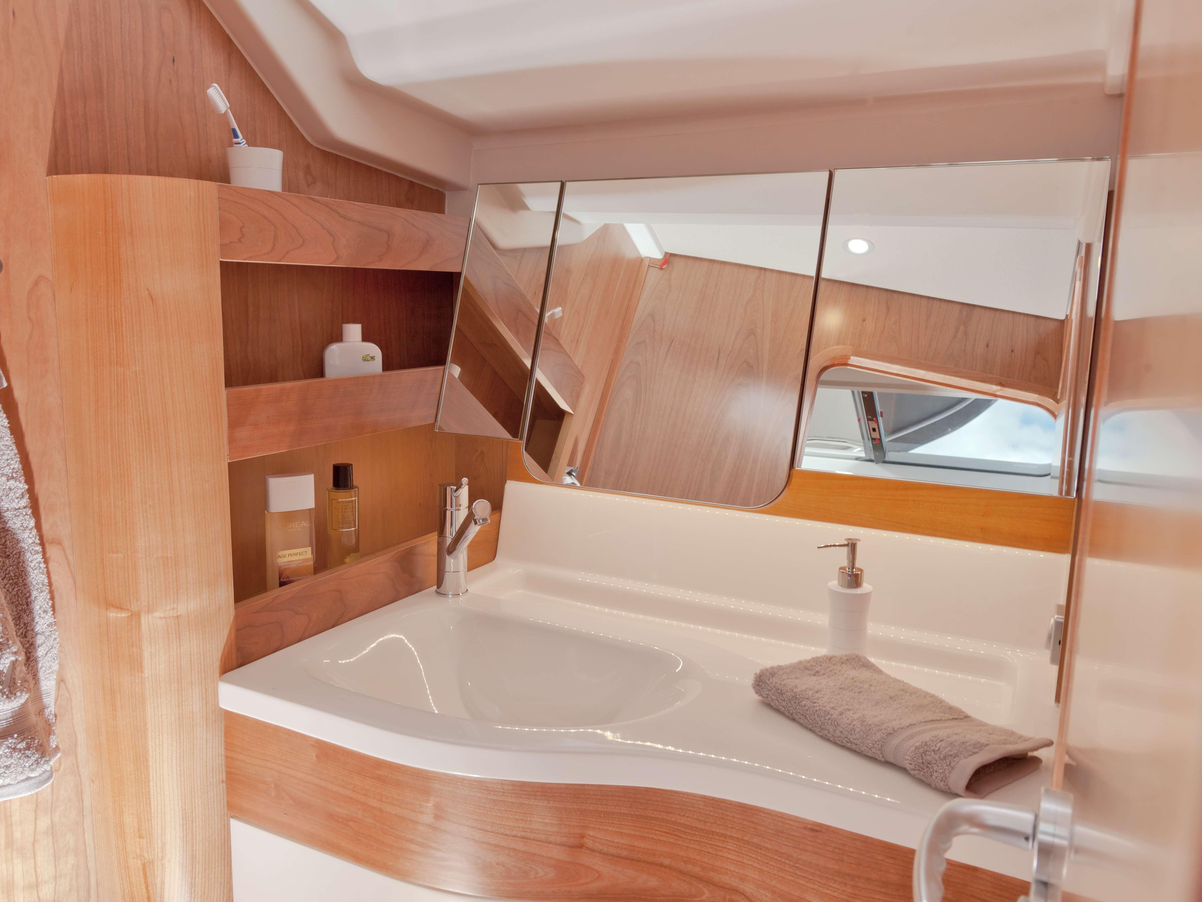 Dehler 46 Vista interior celula mojada | fregadero, espejo | Dehler