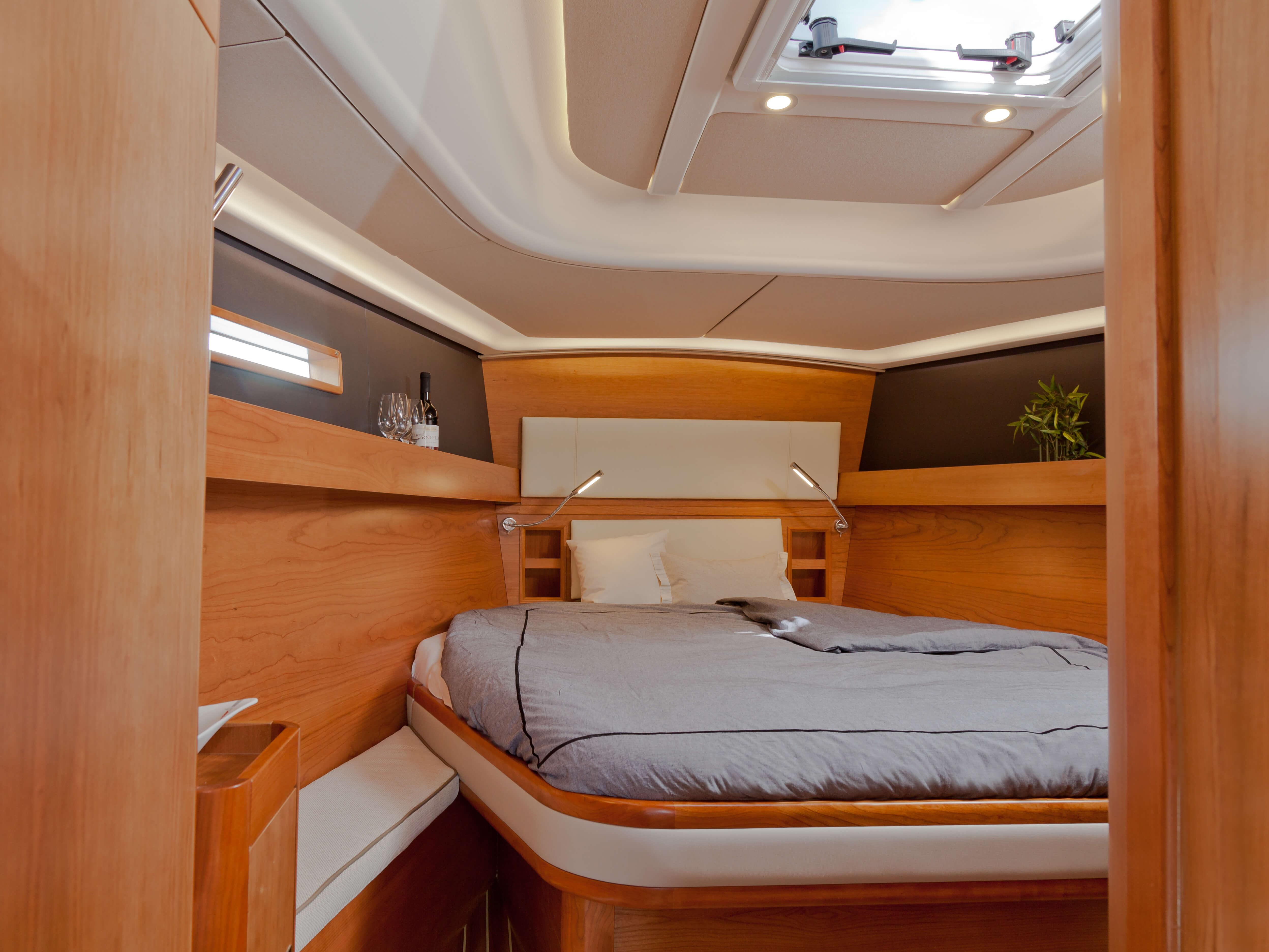 Dehler 46 Vista interior camarote de armador | cama doble, escotilla de cubierto, lámpara para leer | Dehler