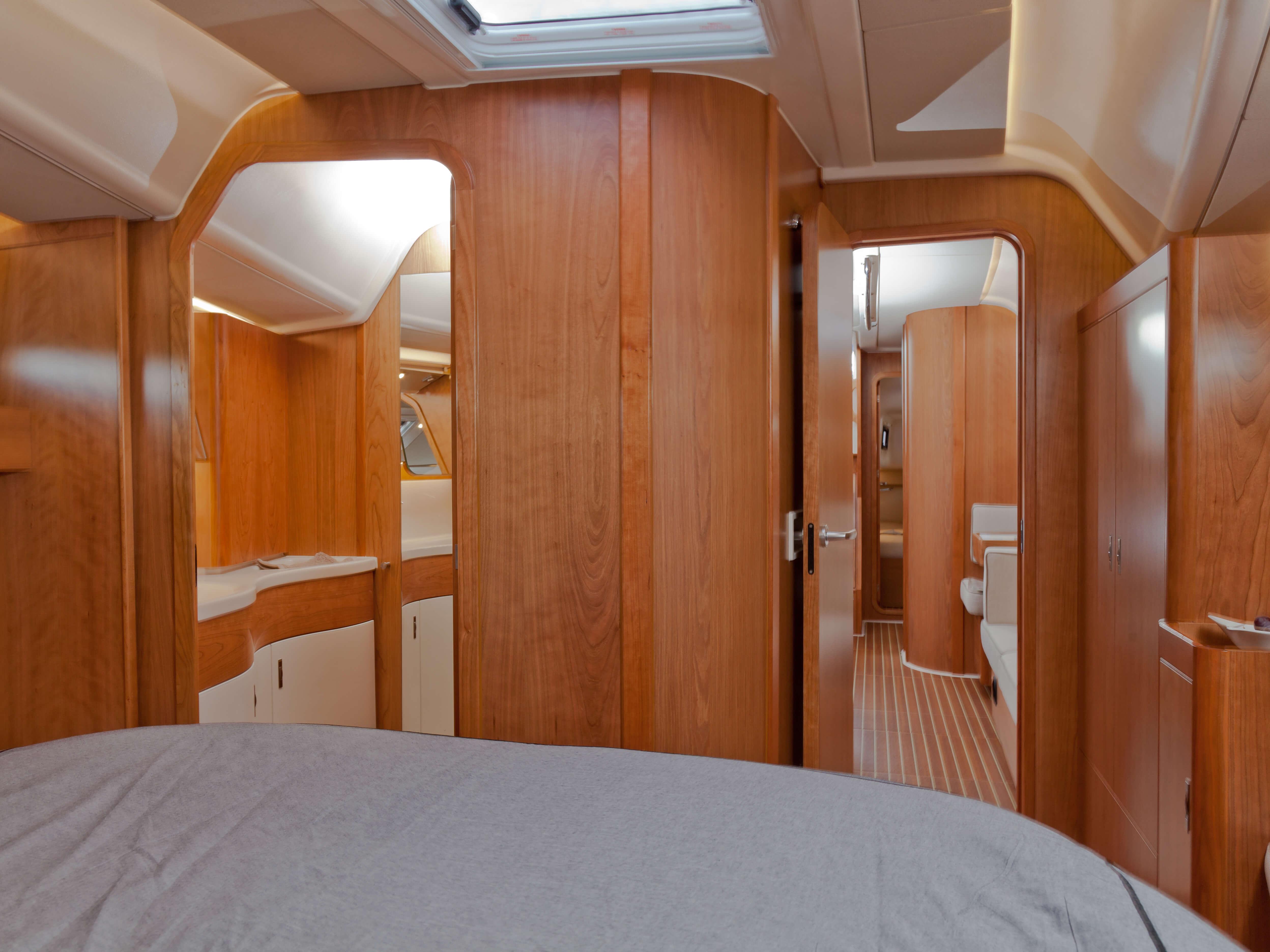 Dehler 46 Vista interior camarote de armador | cama doble, compartimento de almacenamiento, WC | Dehler