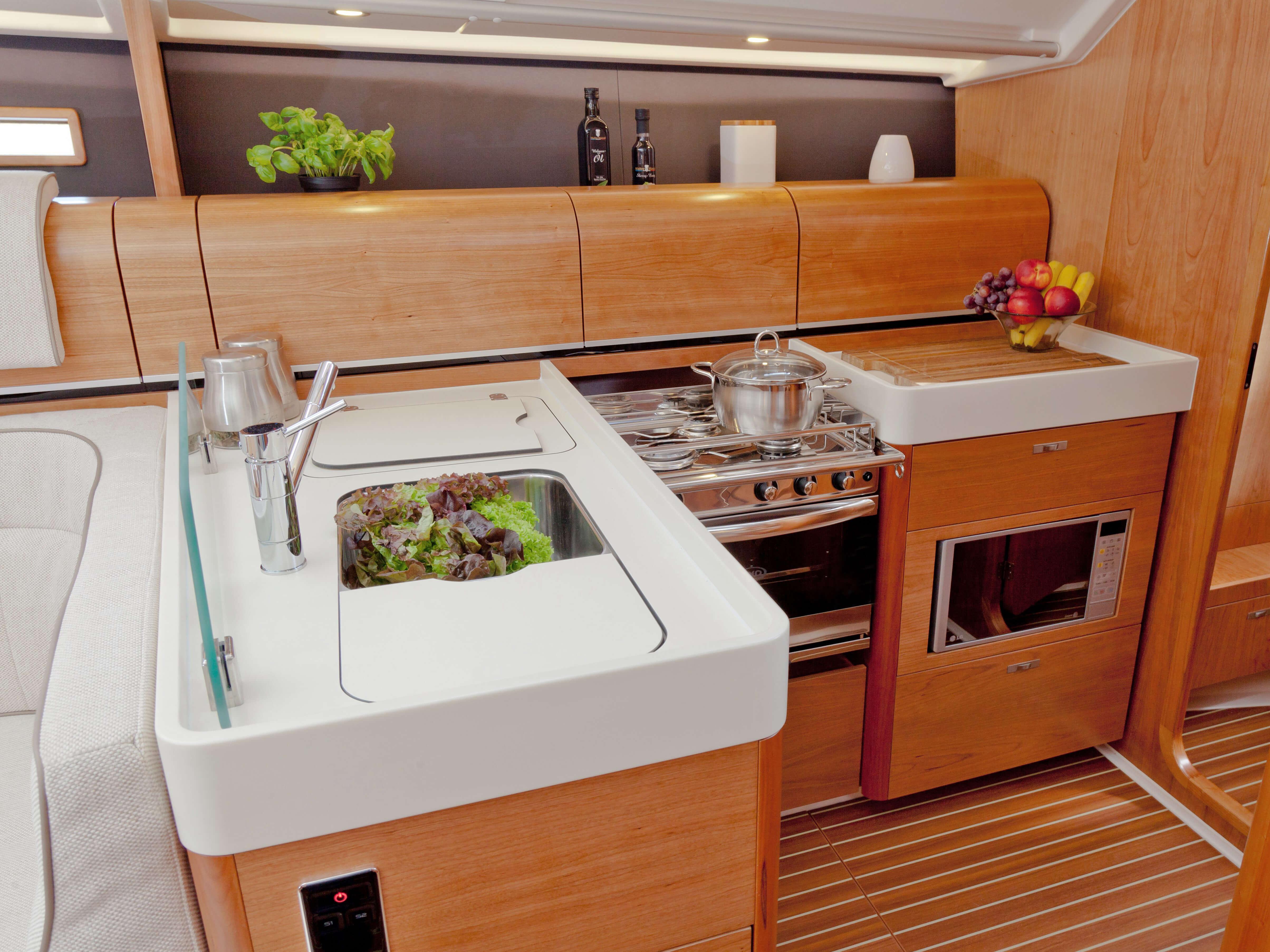 Dehler 46 Vista interior galera | fregadero, estufa, compartimento de almacenamiento | Dehler