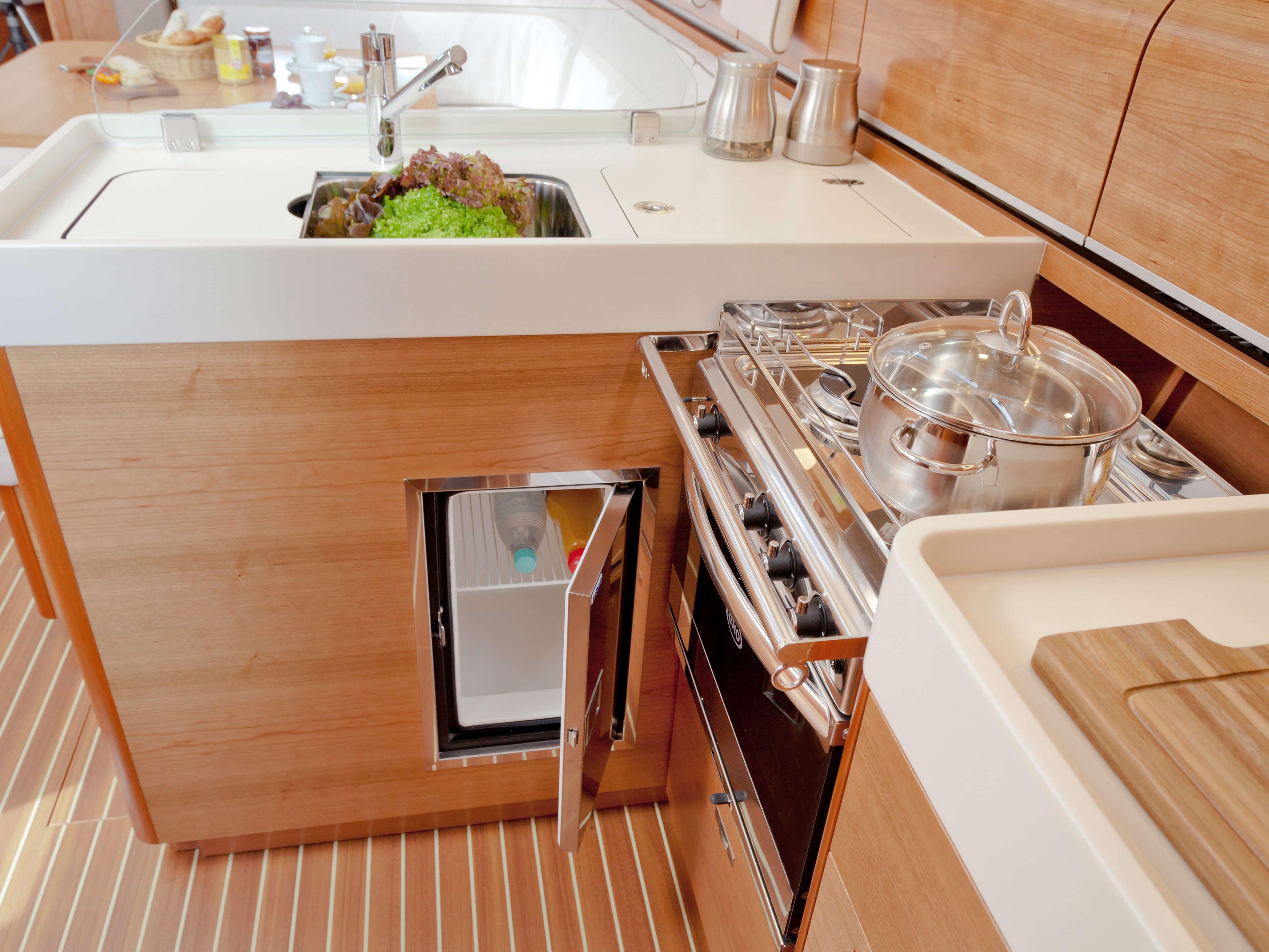 Dehler 46 Vista interior galera | fregadero, estufa, caja de enfriamiento | Dehler