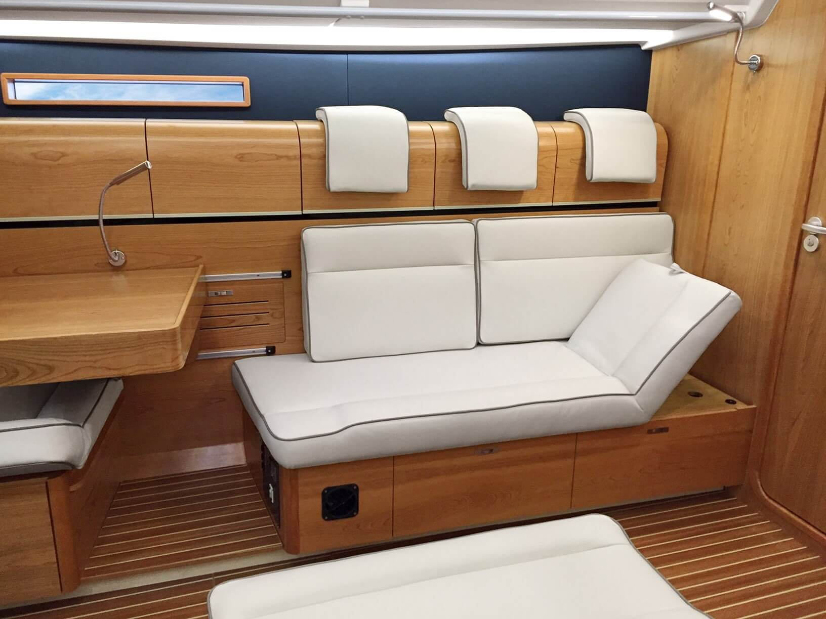 Dehler 46 Interior view lounge | B2 Layout with adjustable chaise longue | Dehler