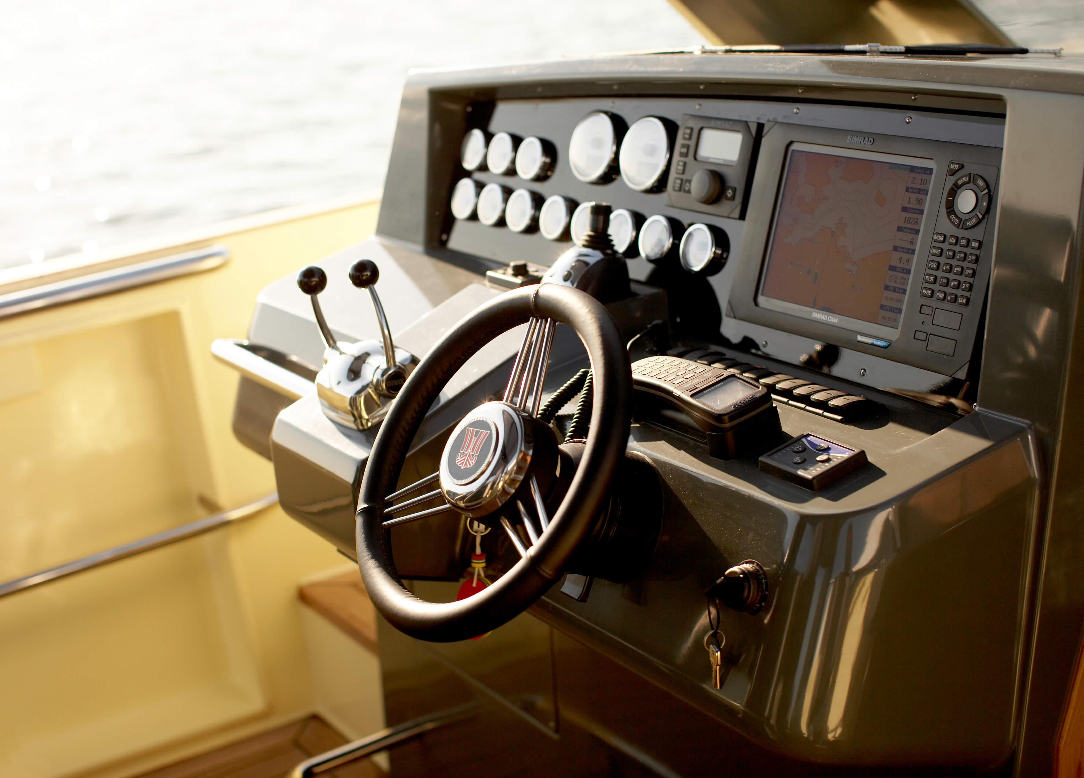 Fjord 40 open Innenansicht Cockpit | Steuerrad, Navigationsinstrumente | Fjord