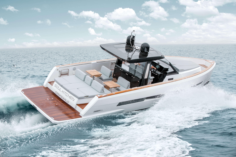 FJORD 44 open Außenansicht | Hervorgerrufen von einer Trendsetter-Erscheinung, breiten sich atemberaubende Power und zahllose Annehmlichkeiten über die ganze Yacht aus. | Fjord