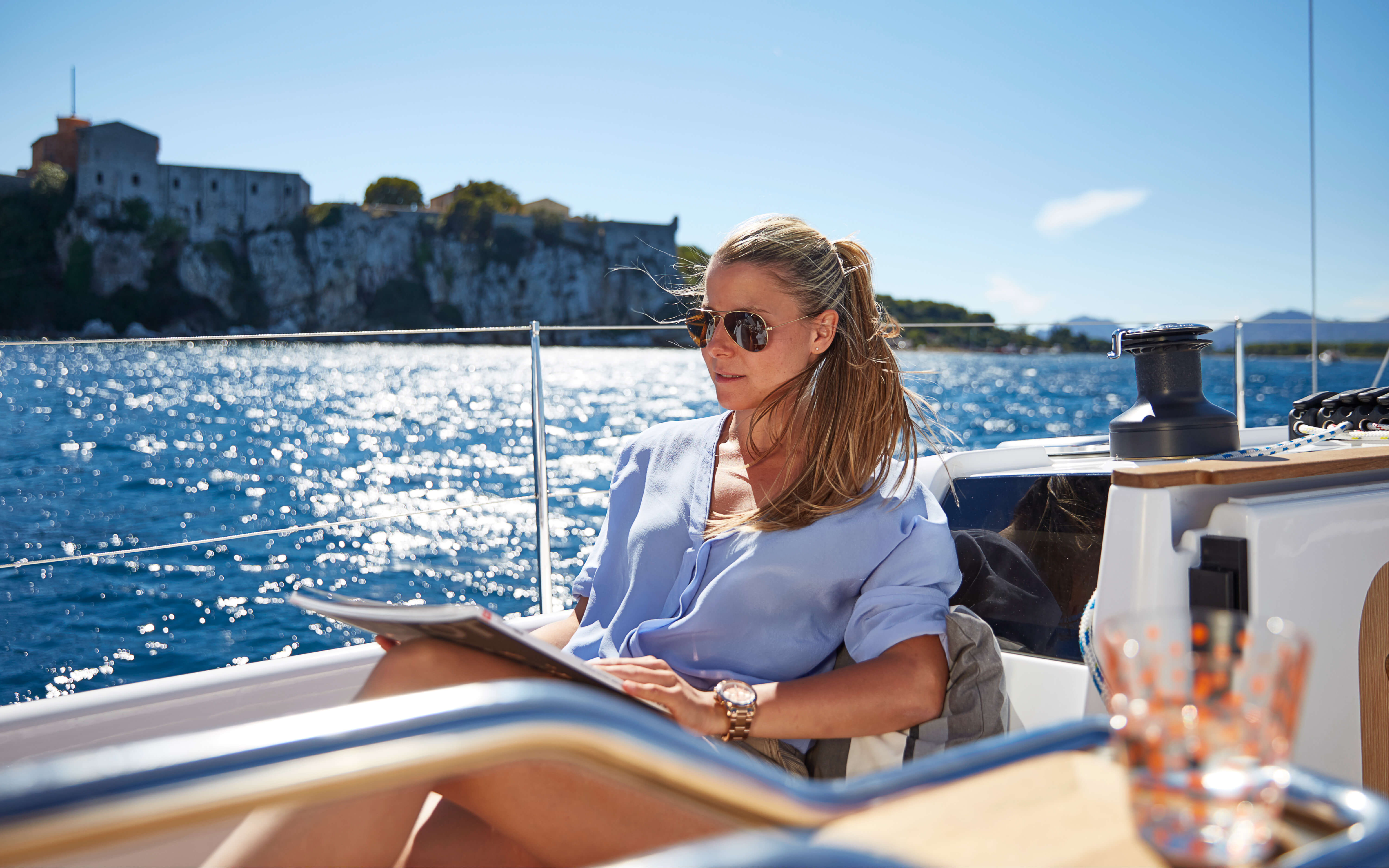 Hanse 315 Exterior at anchor | HANSE yachts amaze with their modern, functional design. Unique, puristic elegance meets exceptional performance from the pen of judel/vrolijk & co, the world's best and most experienced yacht designers. | Hanse