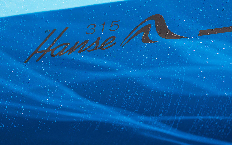 Hanse 315 Esterno ancorato | Gli yacht HANSE sorprendono con il loro design moderno e funzionale. La loro eleganza unica e pura si concretizza nella penna di judel/vrolijk & co, i designer di yacht migliori al mondo e con più esperienza. | Hanse