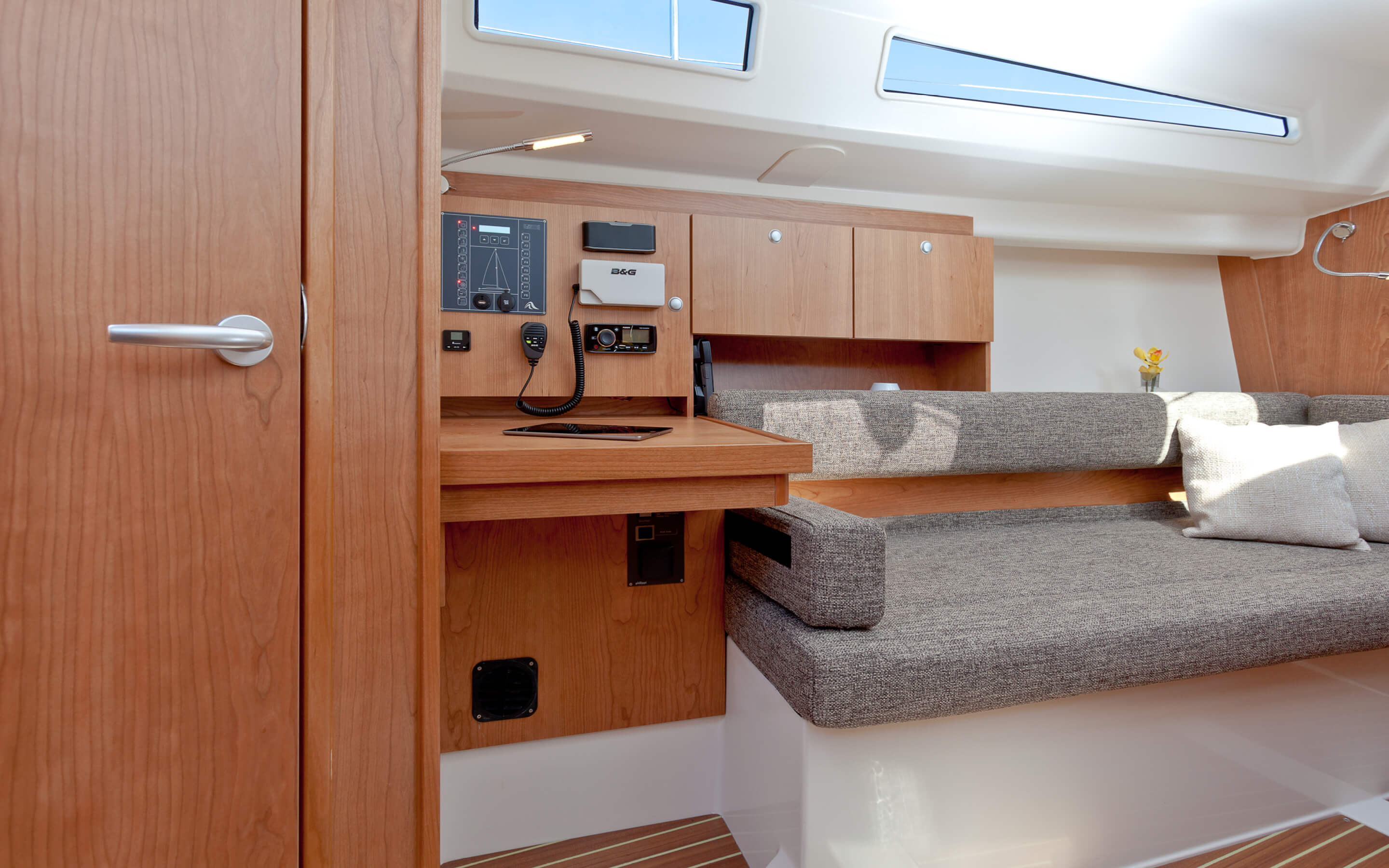 Hanse 315 | Thanks to various layout variants and a large selection of combination options – with high-quality fabrics, fine woods, trendy colours, select floorings and stylish furnishings – you can make your HANSE your own, a very personal one-of-a-kind yacht. | Hanse