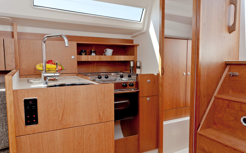 Hanse 315 interno cambusa | Grazie alle diverse varianti di layout e alla grande selezione di combinazioni ed opzioni - con un'alta qualità di tessuti, legno pregiato, colori di tendenza e la possibilità di selezionare pavimenti e arredi eleganti - rende il tuo HANSE uno yacht totalmente personalizzato. | Hanse