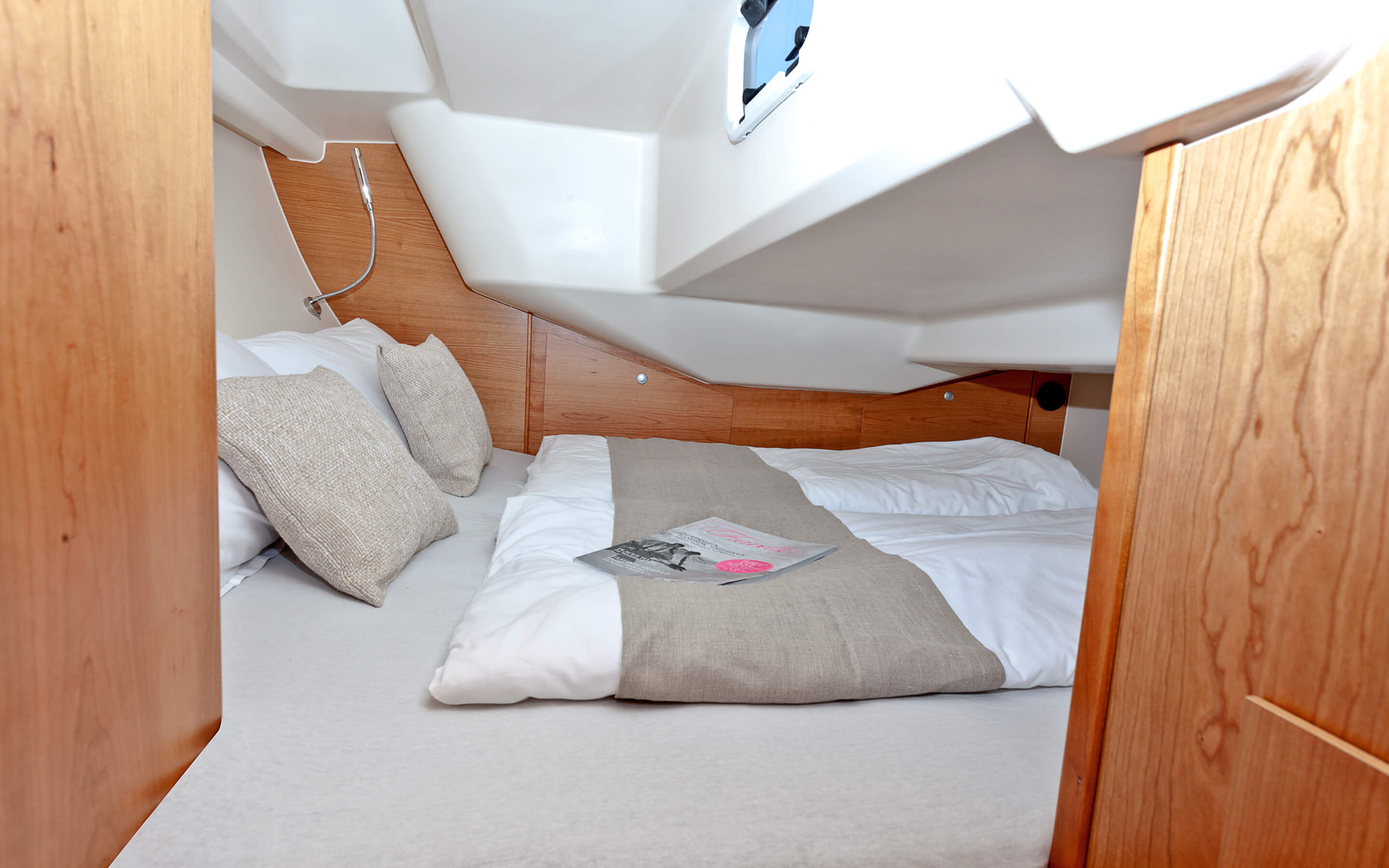Hanse 315 Interior view aft cabin | Thanks to various layout variants and a large selection of combination options – with high-quality fabrics, fine woods, trendy colours, select floorings and stylish furnishings – you can make your HANSE your own, a very personal one-of-a-kind yacht. | Hanse