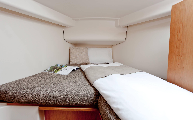 Hanse 315 Interno cabina armatore | Grazie alle diverse varianti di layout e alla grande selezione di combinazioni ed opzioni - con un'alta qualità di tessuti, legno pregiato, colori di tendenza e la possibilità di selezionare pavimenti e arredi eleganti - rende il tuo HANSE uno yacht totalmente personalizzato. | Hanse