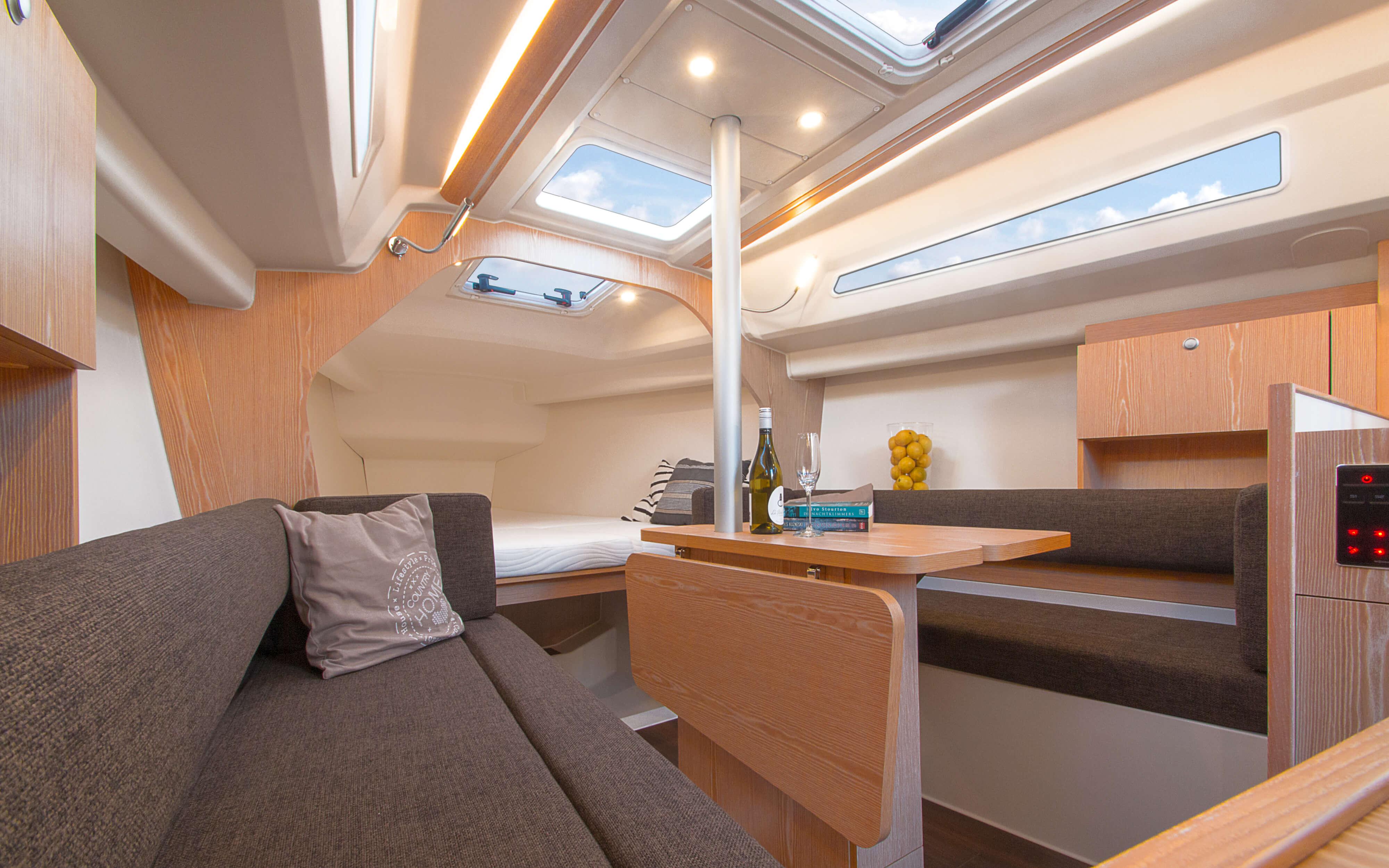 Hanse 315 | Çeşitli yerleşim seçenekleri ve kaliteli kumaşlar, zarif ahşaplar, moda renkler, seçkin zemin malzemeleri ve şık mobilyaların dahil olduğu geniş kombinasyon seçenekleri sayesinde HANSE'nizi kendinize özel, benzersiz bir yata dönüştürebilirsiniz. | Hanse