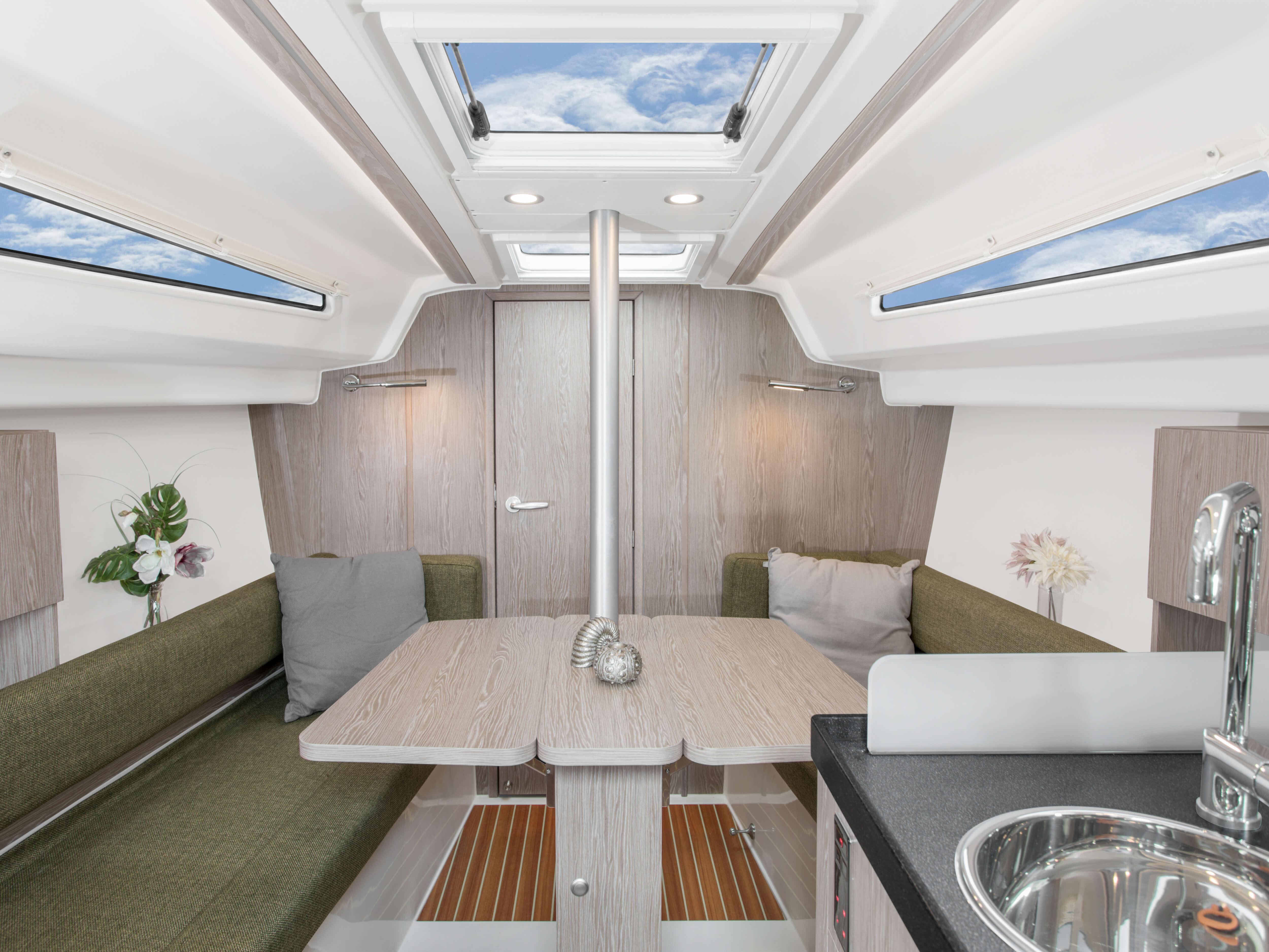 Hanse 315 Interno salone | Grazie alle diverse varianti di layout e alla grande selezione di combinazioni ed opzioni - con un'alta qualità di tessuti, legno pregiato, colori di tendenza e la possibilità di selezionare pavimenti e arredi eleganti - rende il tuo HANSE uno yacht totalmente personalizzato. | Hanse