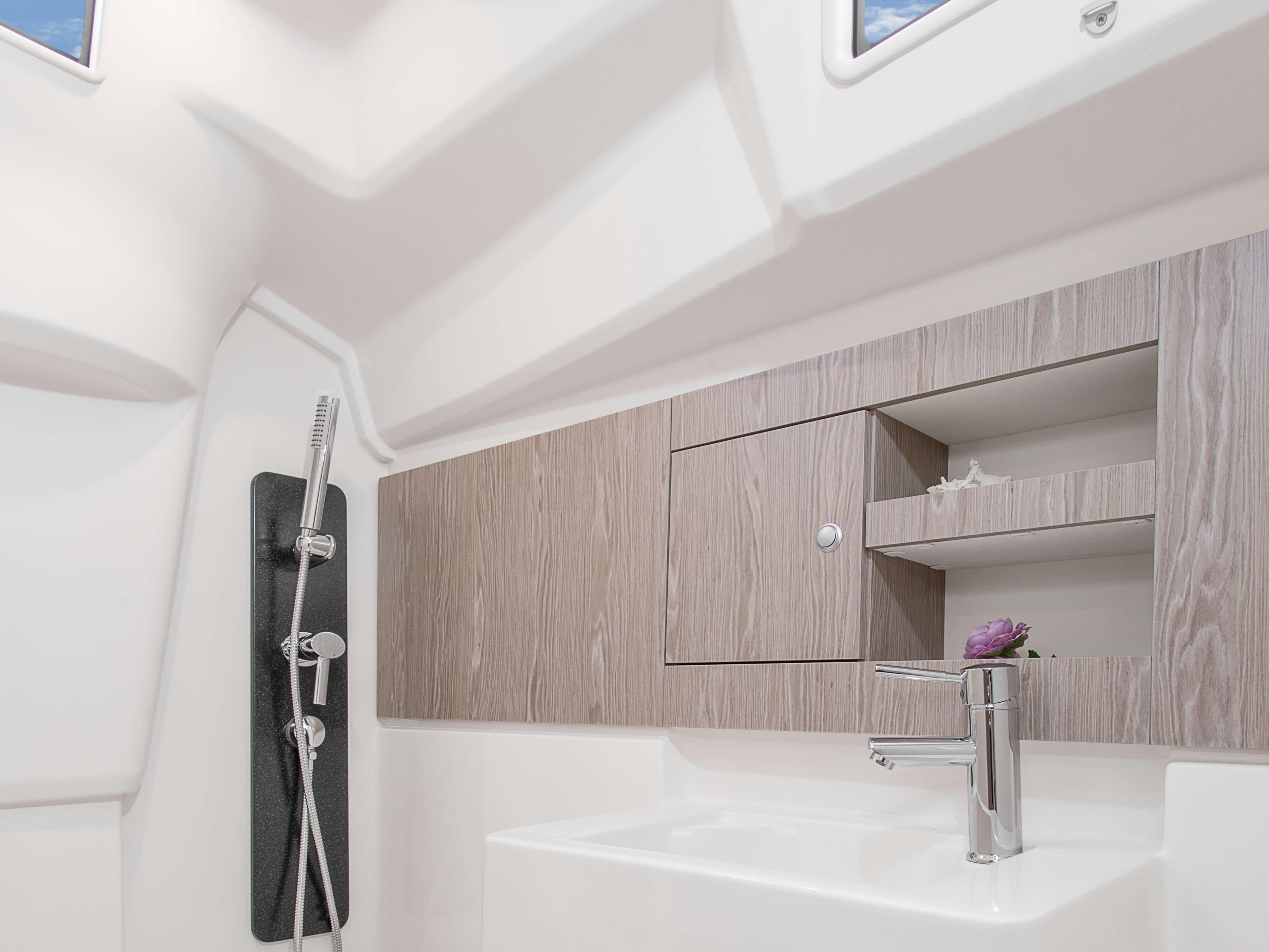 Hanse 315 Interior view wet cell | Çeşitli yerleşim seçenekleri ve kaliteli kumaşlar, zarif ahşaplar, moda renkler, seçkin zemin malzemeleri ve şık mobilyaların dahil olduğu geniş kombinasyon seçenekleri sayesinde HANSE'nizi kendinize özel, benzersiz bir yata dönüştürebilirsiniz. | Hanse