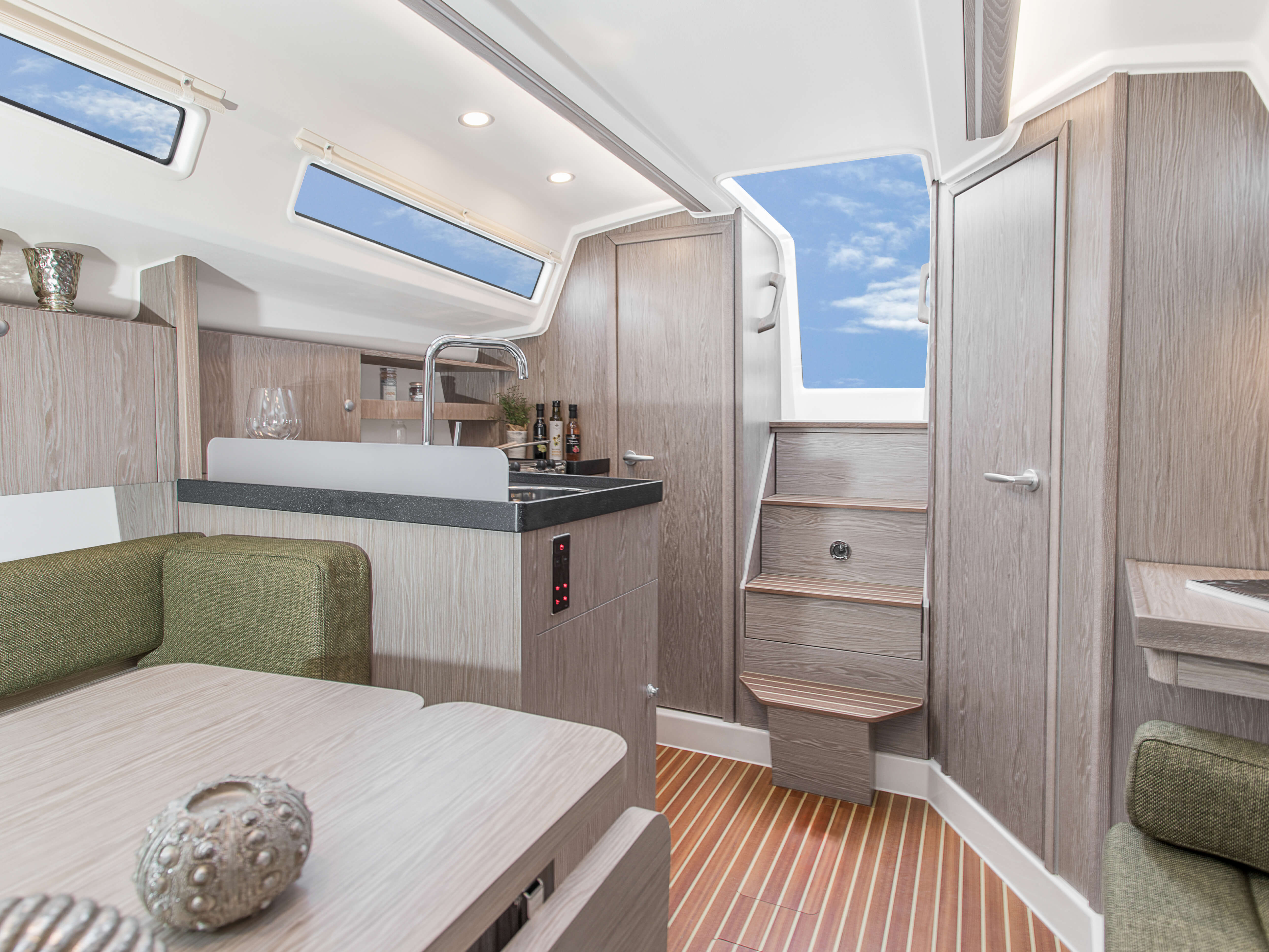Hanse 315 Interior view lounge | Çeşitli yerleşim seçenekleri ve kaliteli kumaşlar, zarif ahşaplar, moda renkler, seçkin zemin malzemeleri ve şık mobilyaların dahil olduğu geniş kombinasyon seçenekleri sayesinde HANSE'nizi kendinize özel, benzersiz bir yata dönüştürebilirsiniz. | Hanse