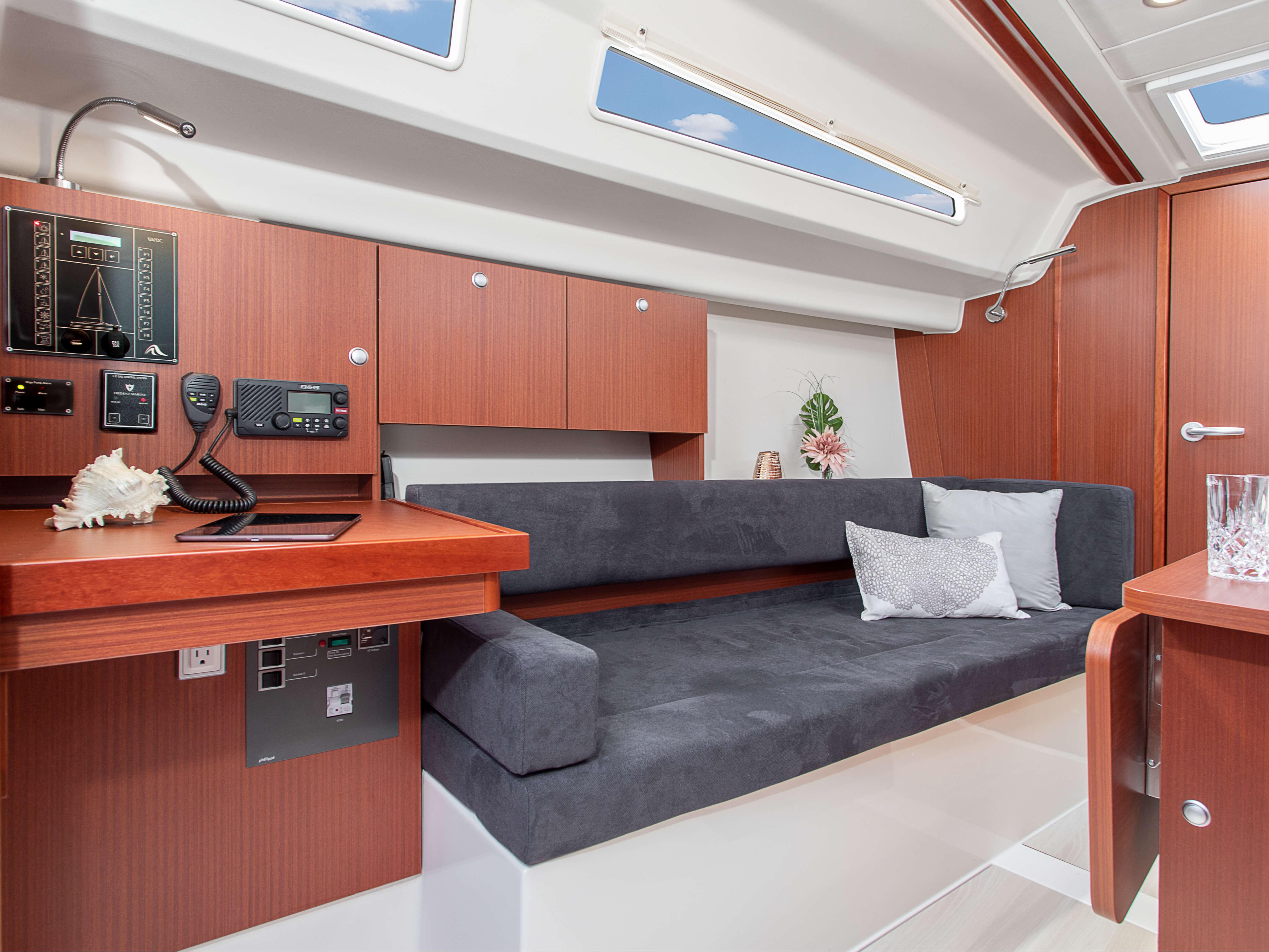 Hanse 315 Salon | Çeşitli yerleşim seçenekleri ve kaliteli kumaşlar, zarif ahşaplar, moda renkler, seçkin zemin malzemeleri ve şık mobilyaların dahil olduğu geniş kombinasyon seçenekleri sayesinde HANSE'nizi kendinize özel, benzersiz bir yata dönüştürebilirsiniz. | Hanse
