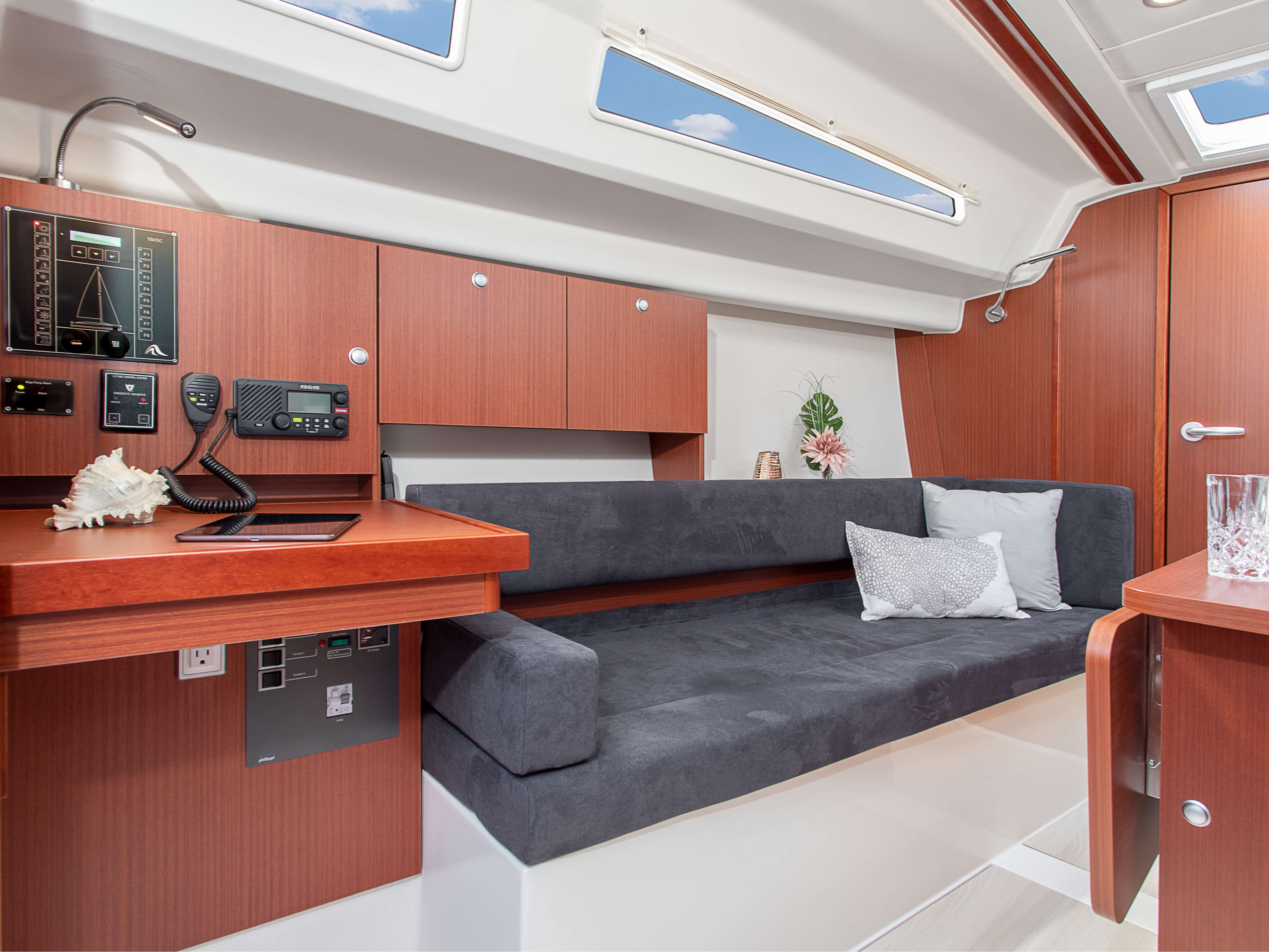 Hanse 315 Interior view lounge | Thanks to various layout variants and a large selection of combination options – with high-quality fabrics, fine woods, trendy colours, select floorings and stylish furnishings – you can make your HANSE your own, a very personal one-of-a-kind yacht. | Hanse