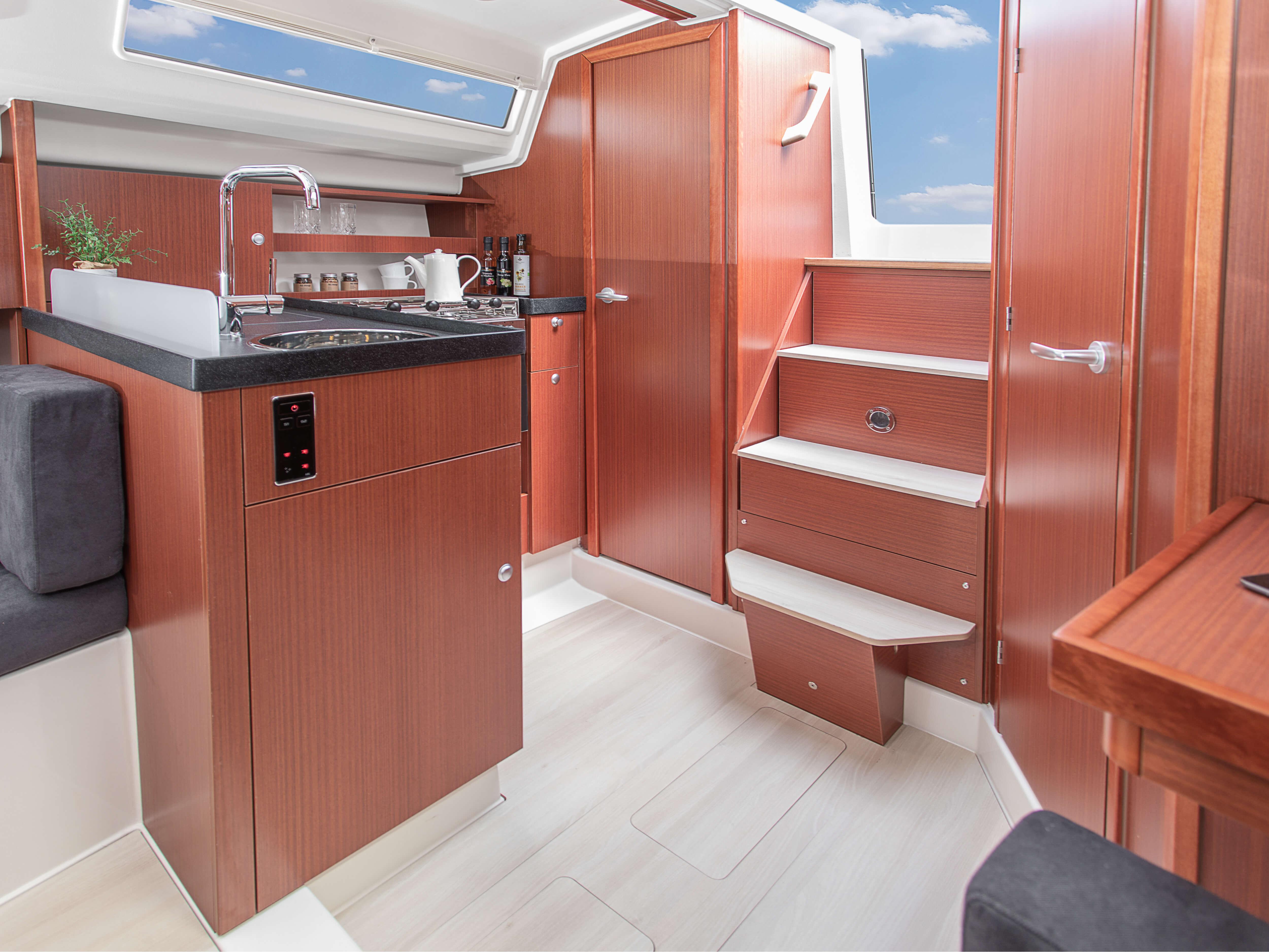 Hanse 315 Kiler | Çeşitli yerleşim seçenekleri ve kaliteli kumaşlar, zarif ahşaplar, moda renkler, seçkin zemin malzemeleri ve şık mobilyaların dahil olduğu geniş kombinasyon seçenekleri sayesinde HANSE'nizi kendinize özel, benzersiz bir yata dönüştürebilirsiniz. | Hanse