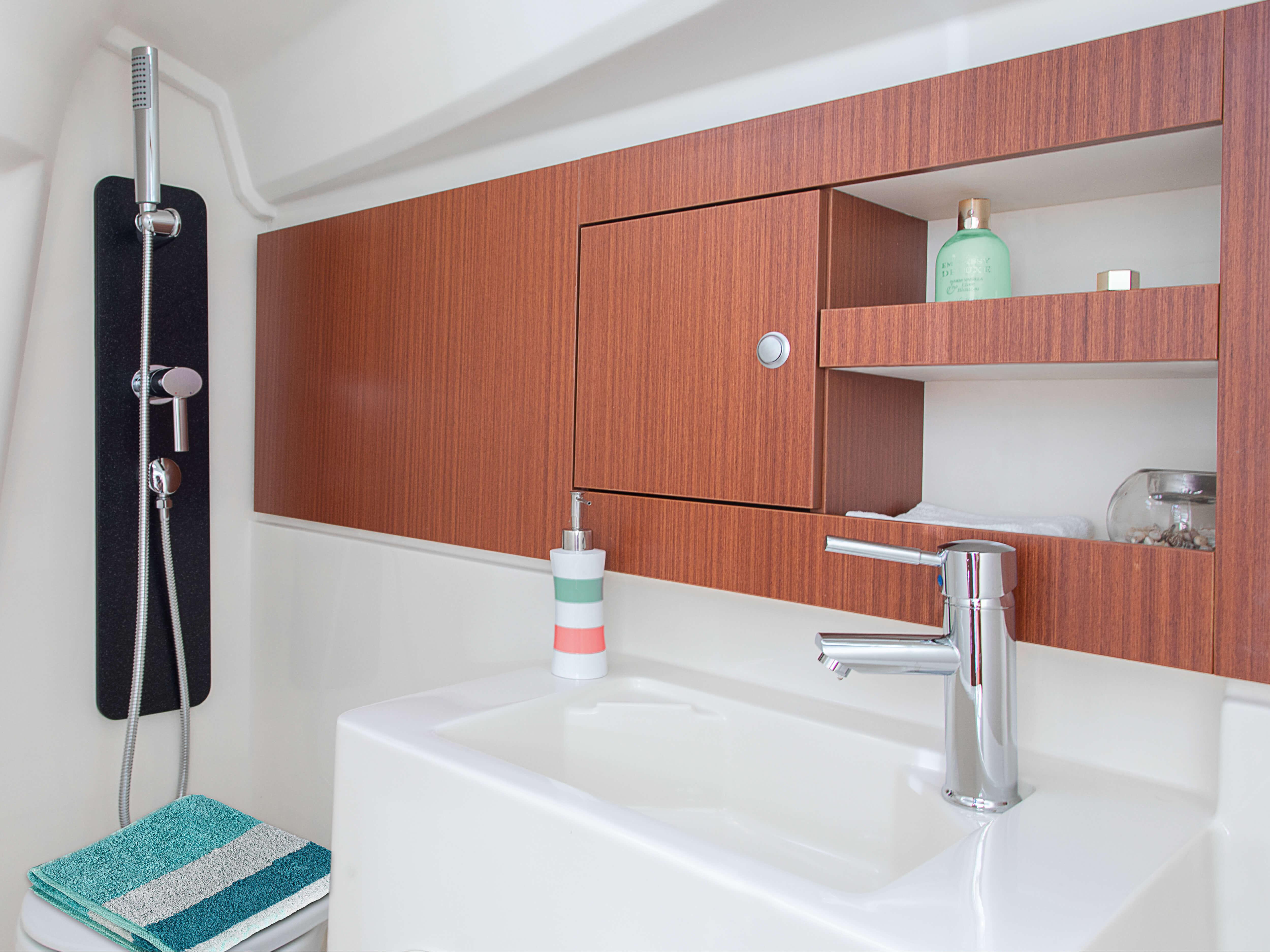 Hanse 315 Islak Hacim | Çeşitli yerleşim seçenekleri ve kaliteli kumaşlar, zarif ahşaplar, moda renkler, seçkin zemin malzemeleri ve şık mobilyaların dahil olduğu geniş kombinasyon seçenekleri sayesinde HANSE'nizi kendinize özel, benzersiz bir yata dönüştürebilirsiniz. | Hanse