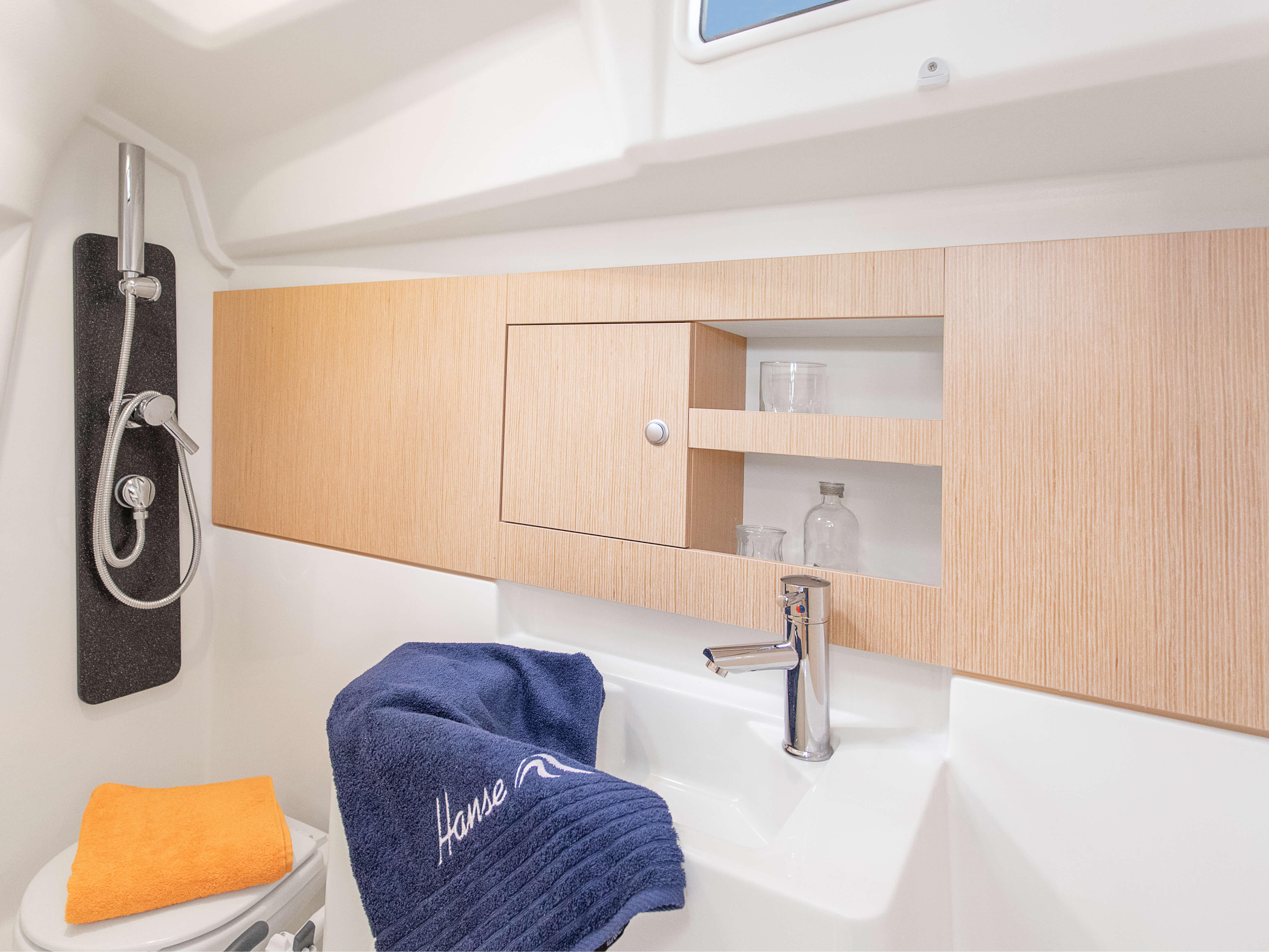 Hanse 315 Interno pila a liquido | Grazie alle diverse varianti di layout e alla grande selezione di combinazioni ed opzioni - con un'alta qualità di tessuti, legno pregiato, colori di tendenza e la possibilità di selezionare pavimenti e arredi eleganti - rende il tuo HANSE uno yacht totalmente personalizzato. | Hanse