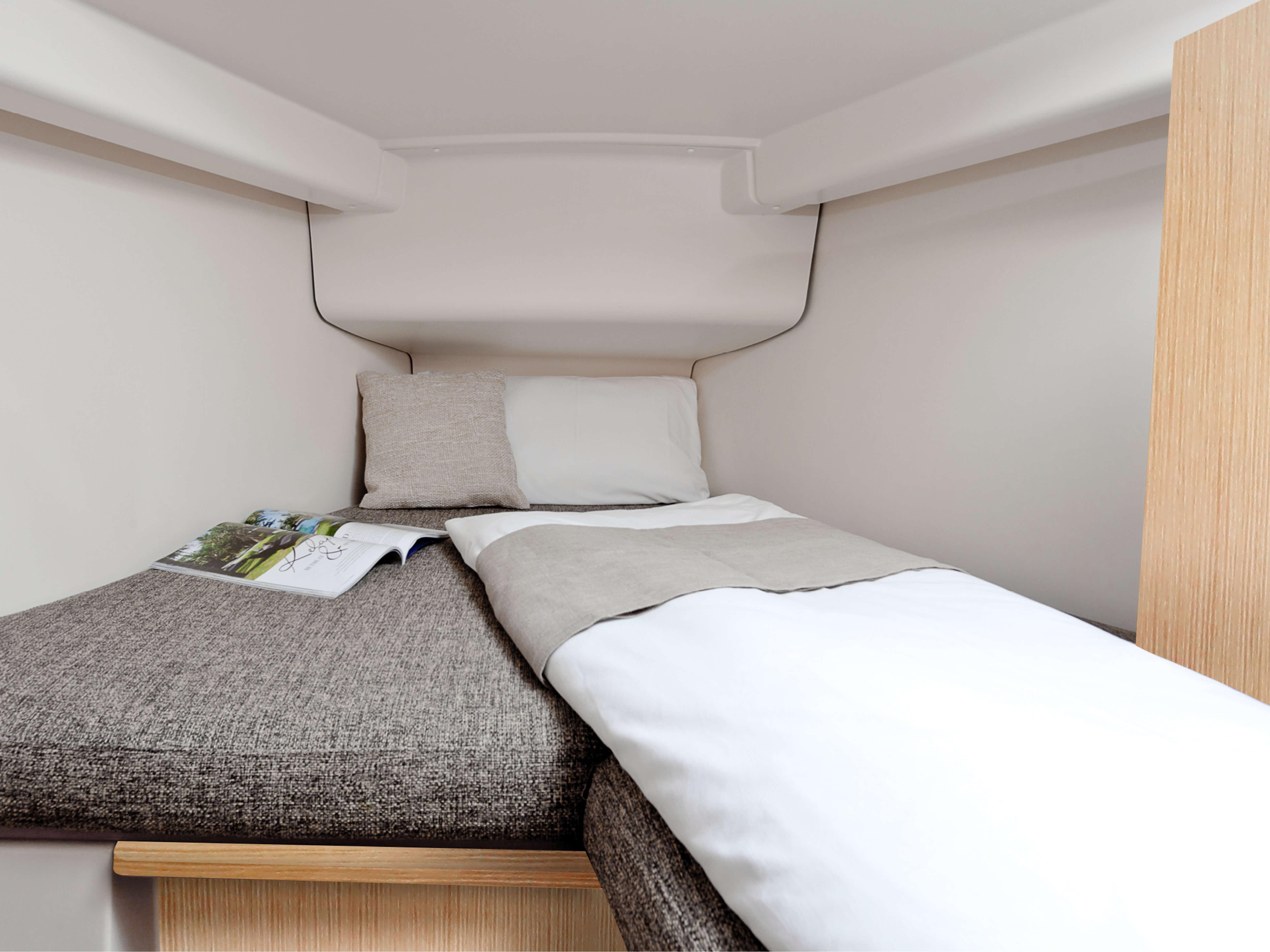Hanse 315 Interior view owner´s cabin | Çeşitli yerleşim seçenekleri ve kaliteli kumaşlar, zarif ahşaplar, moda renkler, seçkin zemin malzemeleri ve şık mobilyaların dahil olduğu geniş kombinasyon seçenekleri sayesinde HANSE'nizi kendinize özel, benzersiz bir yata dönüştürebilirsiniz. | Hanse