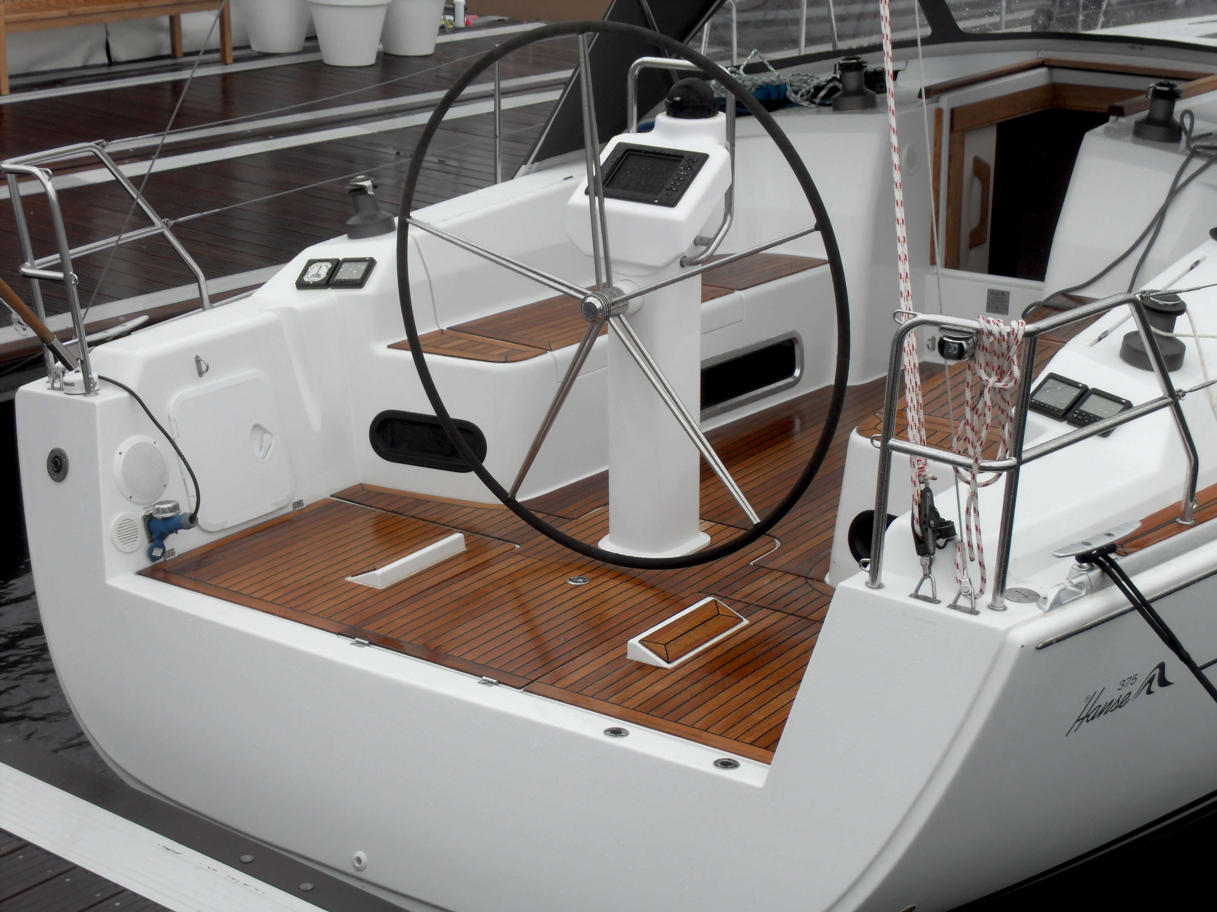 Hanse 375 Exterior at anchor | Hanse