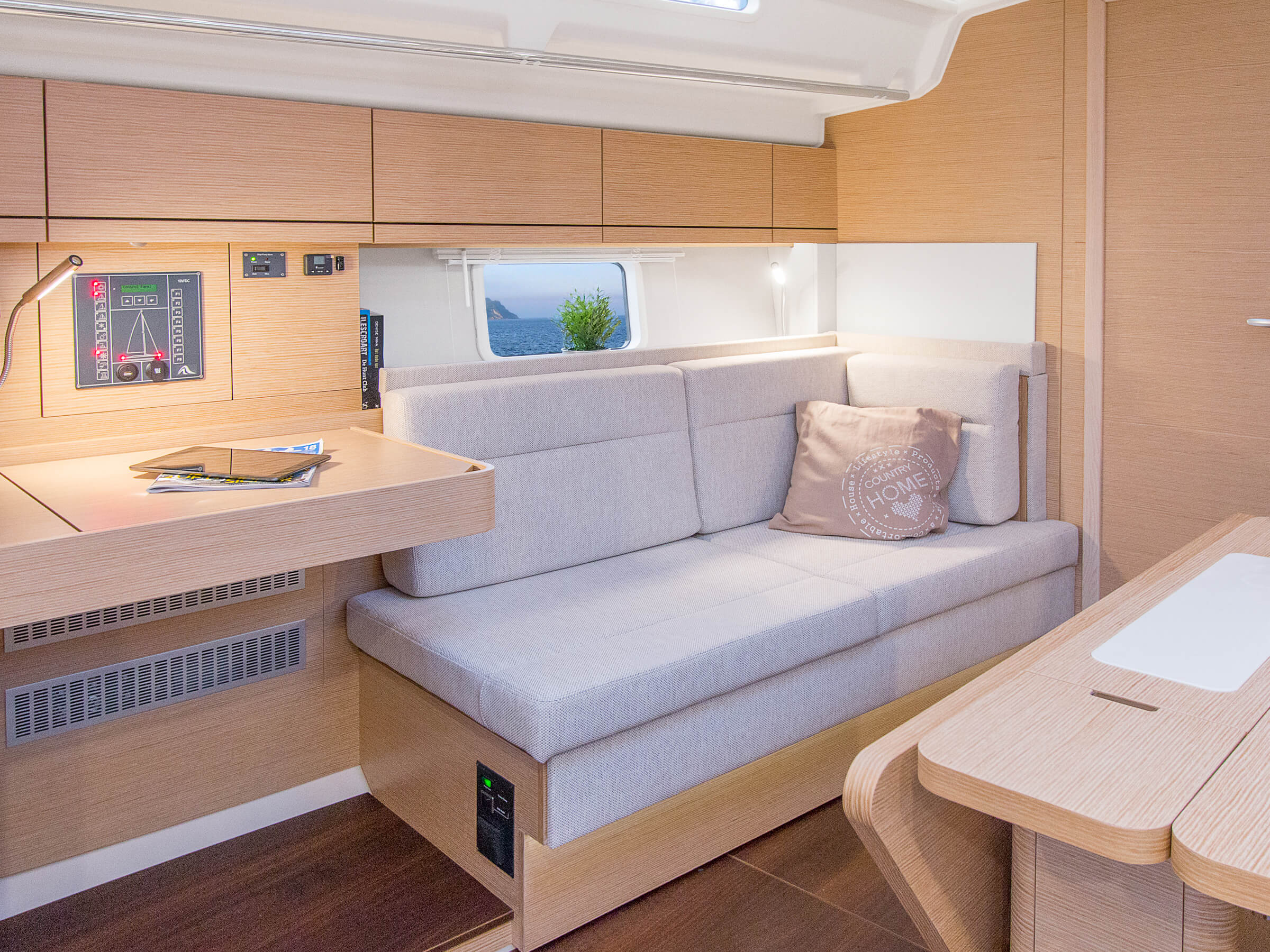 Hanse 418 | Grâce aux nombreuses possibilités d'aménagement et à l'importante sélection de combinaisons possibles (tissus et bois de première qualité, couleurs tendance, revêtements de sol sélectionnés avec attention et mobilier de goût), votre HANSE personnalisé est un bateau unique. | Hanse
