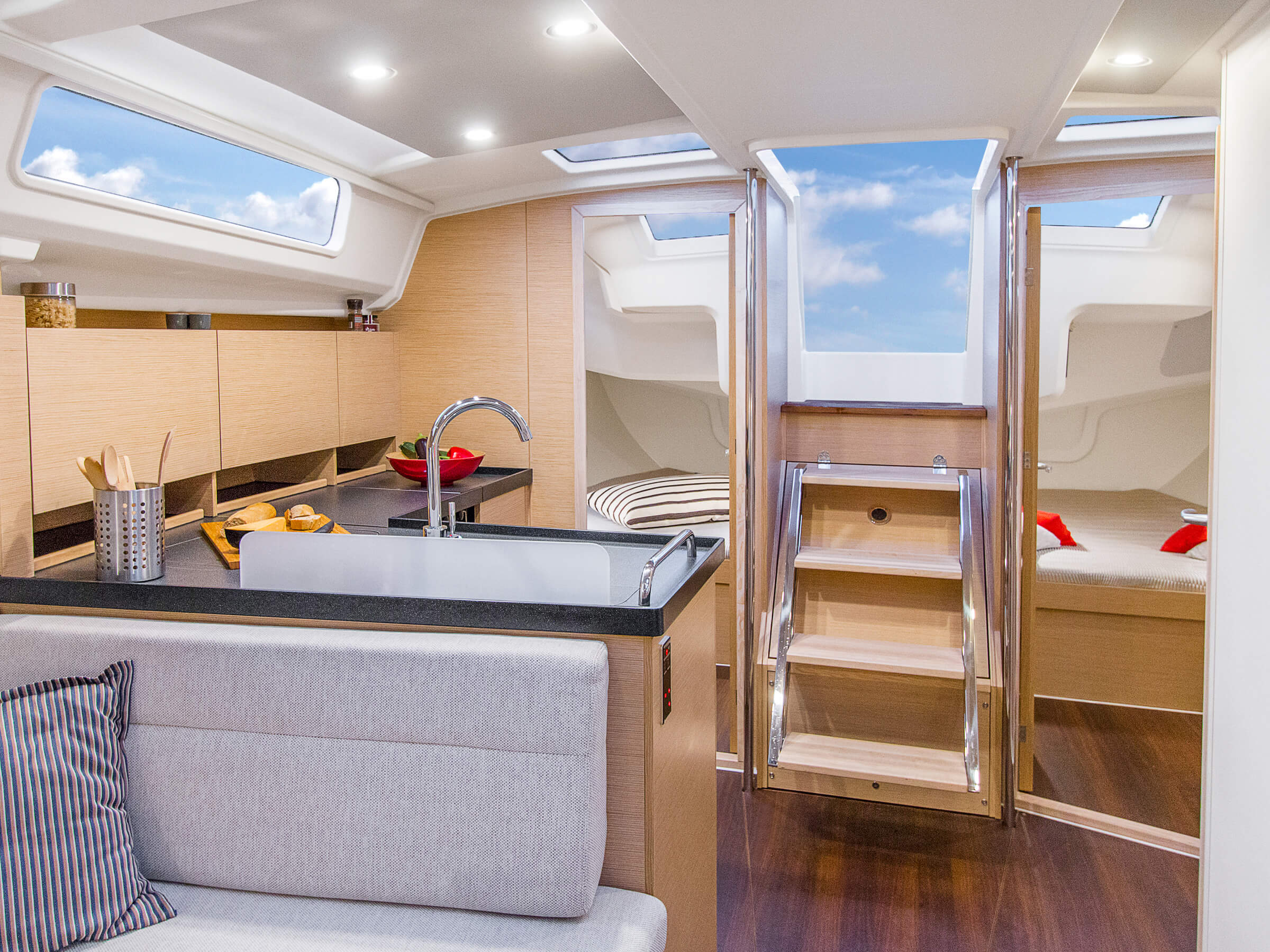 Hanse 418 | Çeşitli yerleşim seçenekleri ve kaliteli kumaşlar, zarif ahşaplar, moda renkler, seçkin zemin malzemeleri ve şık mobilyaların dahil olduğu geniş kombinasyon seçenekleri sayesinde HANSE'nizi kendinize özel, benzersiz bir yata dönüştürebilirsiniz. | Hanse