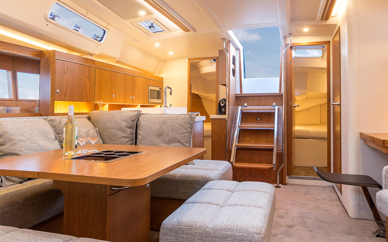 Hanse 455 Interior view lounge | Благодаря различным комбинациям планировок и большому выбору комбинируемых опций - с высококачественной обивкой мебели, древесиной, актуальными расцветками мебели и пола - вы можете сделать вашу яхту уникальной, единственной в своем роде. | Hanse