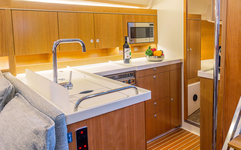 Hanse 455 Interior view pantry | Благодаря различным комбинациям планировок и большому выбору комбинируемых опций - с высококачественной обивкой мебели, древесиной, актуальными расцветками мебели и пола - вы можете сделать вашу яхту уникальной, единственной в своем роде. | Hanse