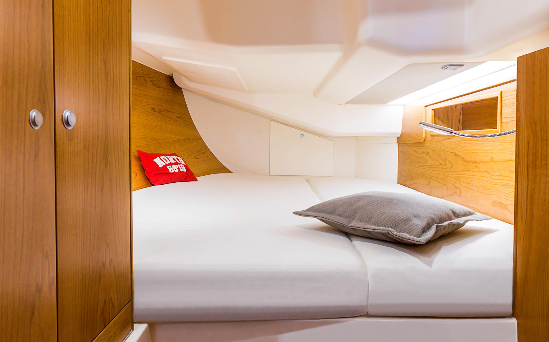 Hanse 455 Interior view aft cabin | Благодаря различным комбинациям планировок и большому выбору комбинируемых опций - с высококачественной обивкой мебели, древесиной, актуальными расцветками мебели и пола - вы можете сделать вашу яхту уникальной, единственной в своем роде. | Hanse