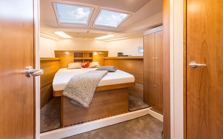 Hanse 455 Interior view owner´s cabin | Благодаря различным комбинациям планировок и большому выбору комбинируемых опций - с высококачественной обивкой мебели, древесиной, актуальными расцветками мебели и пола - вы можете сделать вашу яхту уникальной, единственной в своем роде. | Hanse