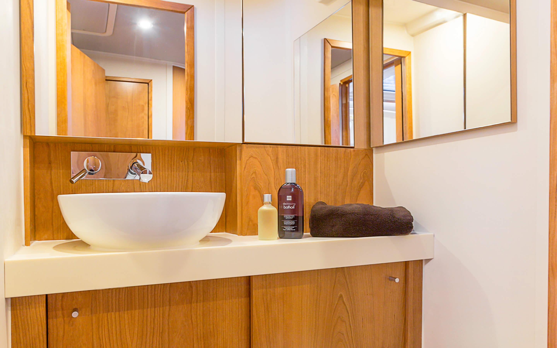 Hanse 455 Interior view wet cell | Благодаря различным комбинациям планировок и большому выбору комбинируемых опций - с высококачественной обивкой мебели, древесиной, актуальными расцветками мебели и пола - вы можете сделать вашу яхту уникальной, единственной в своем роде. | Hanse