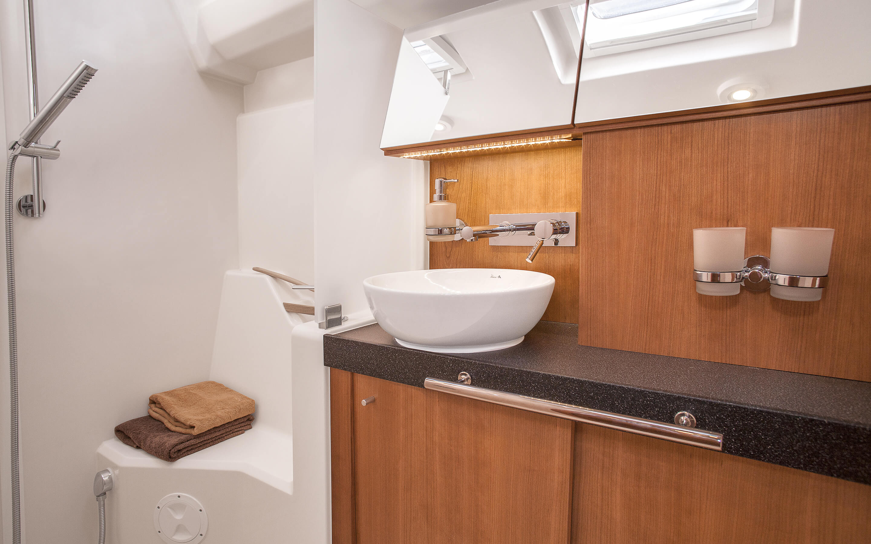 Hanse 505 Interieur | Благодаря различным комбинациям планировок и большому выбору комбинируемых опций - с высококачественной обивкой мебели, древесиной, актуальными расцветками мебели и пола - вы можете сделать вашу яхту уникальной, единственной в своем роде. | Hanse