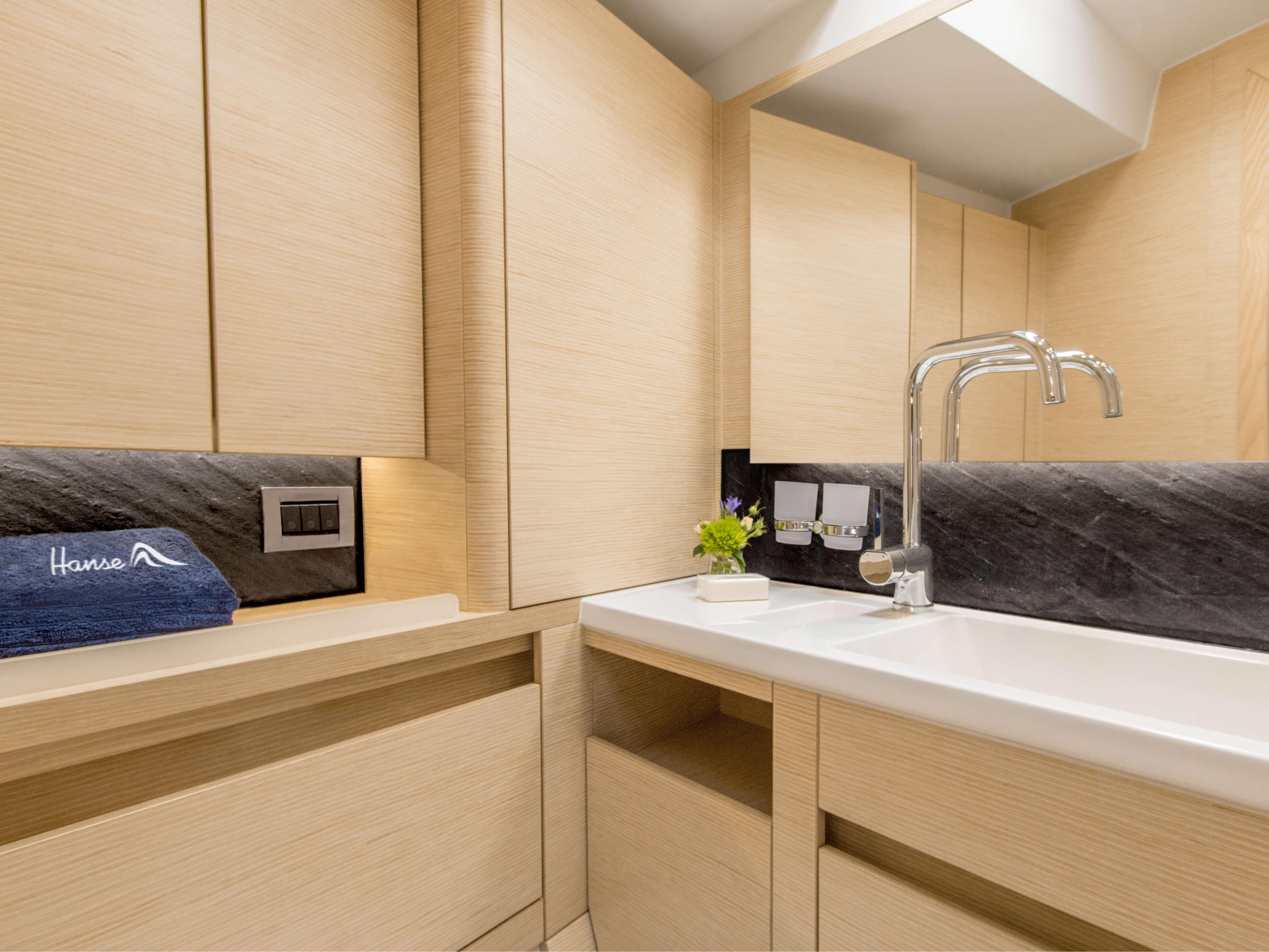 Hanse 548 | Çeşitli yerleşim seçenekleri ve kaliteli kumaşlar, zarif ahşaplar, moda renkler, seçkin zemin malzemeleri ve şık mobilyaların dahil olduğu geniş kombinasyon seçenekleri sayesinde HANSE'nizi kendinize özel, benzersiz bir yata dönüştürebilirsiniz. | Hanse
