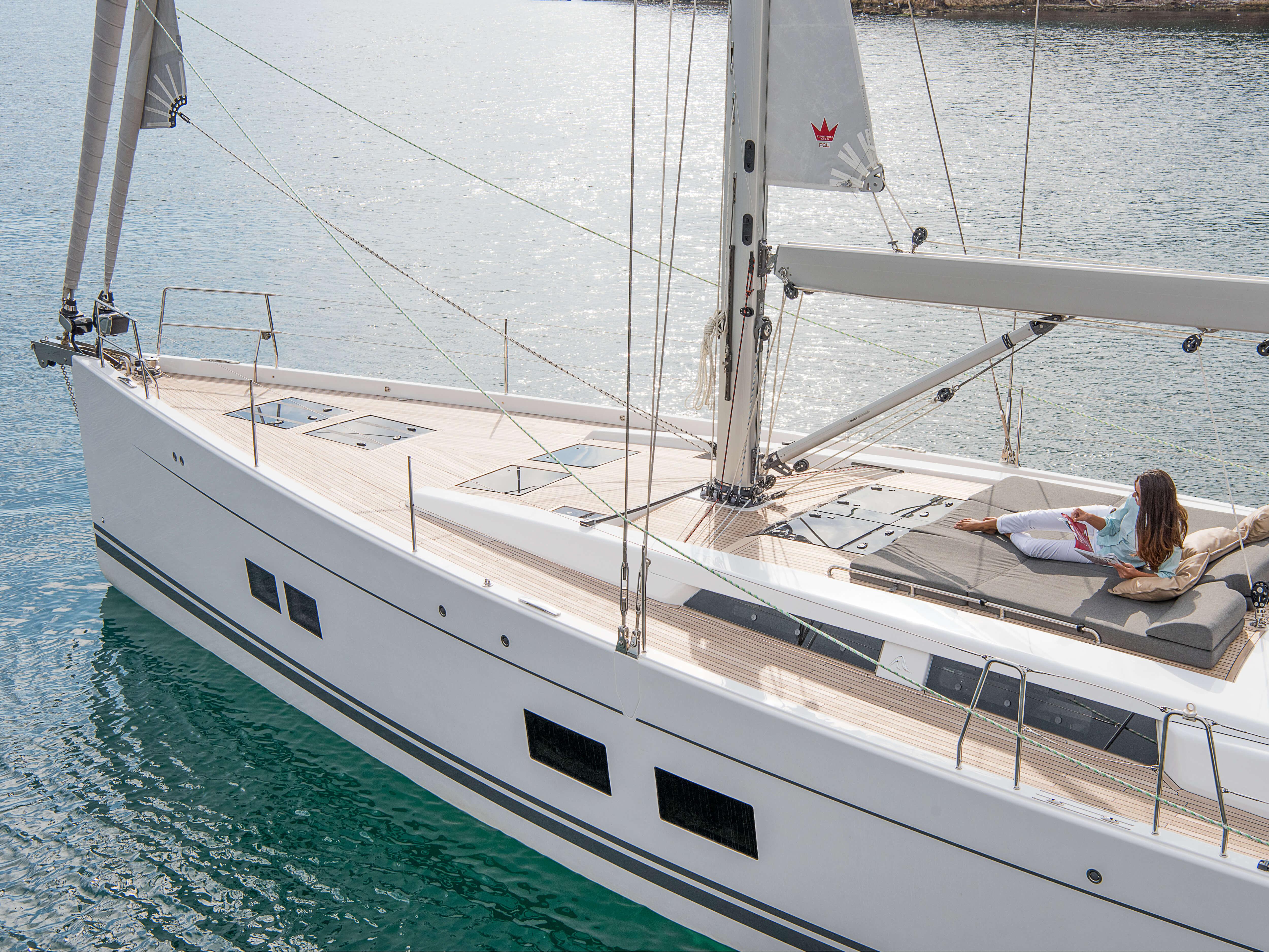 Hanse 588 Exterior at anchor | sundeck, teak deck, deck hatch, rail | Hanse