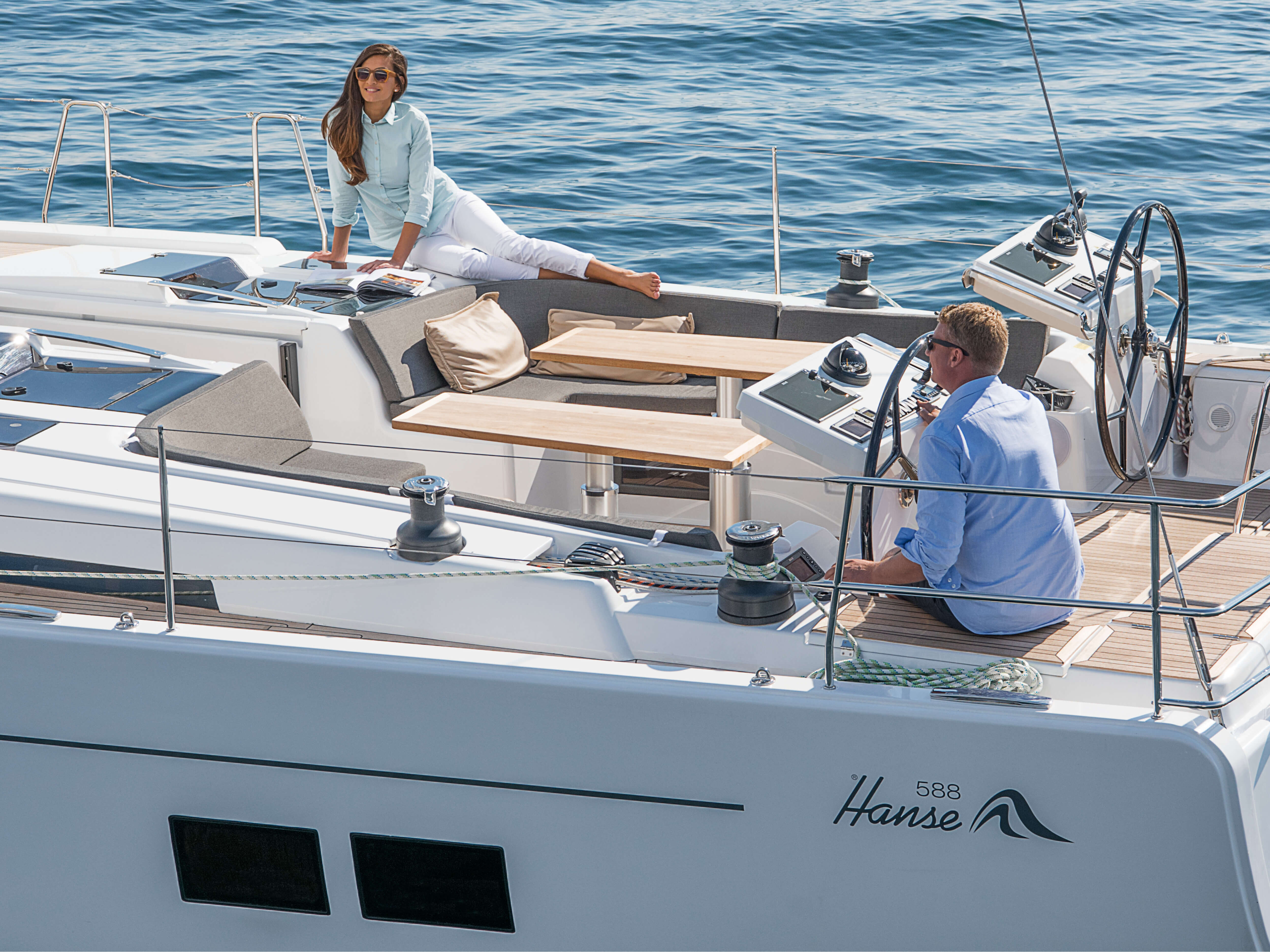 Hanse 588 Exterior Sailing | cockpit, cockpit table, case stopper, winches, multi-function display | Hanse